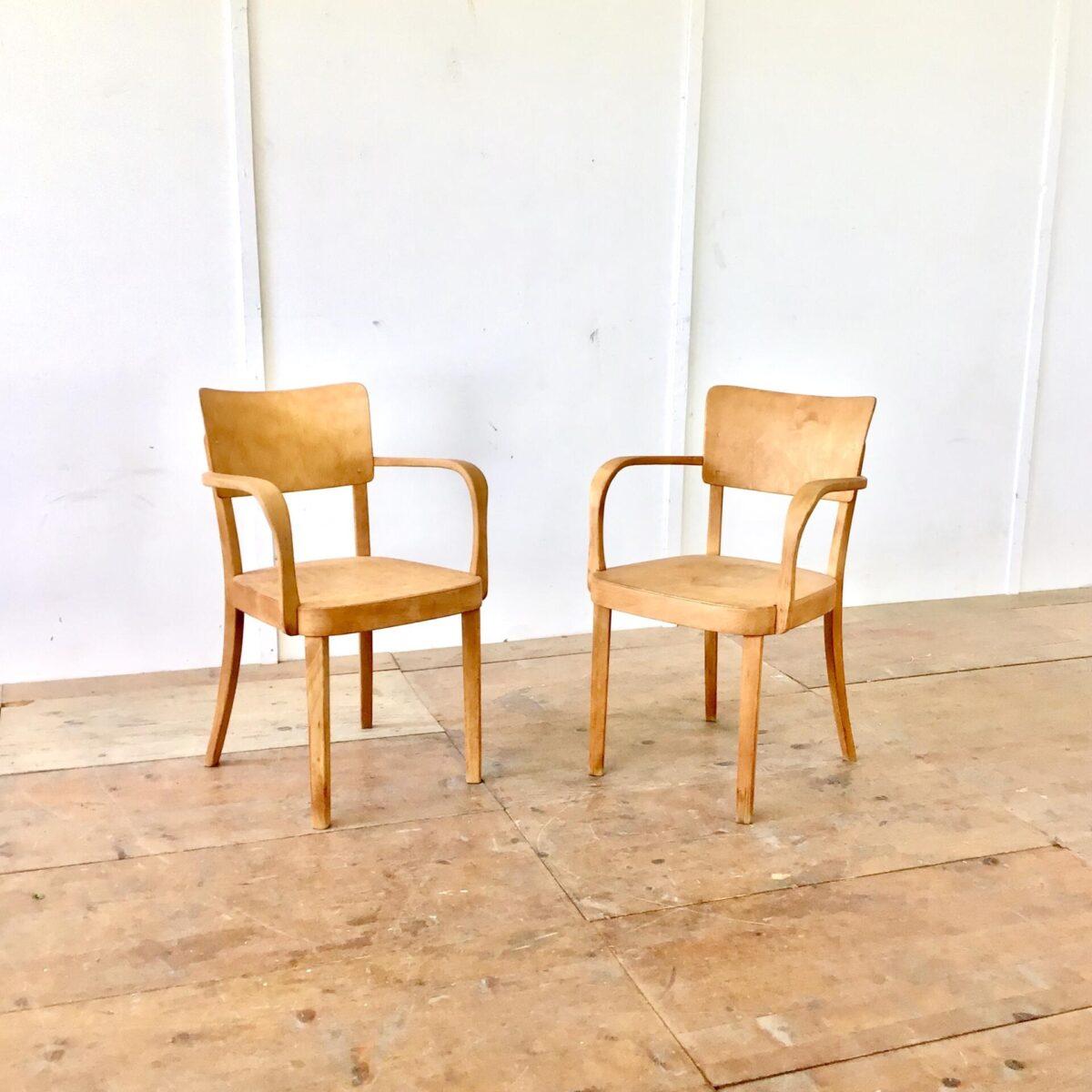 deuxieme.shop Zwei Armlehnstühle von horgenglarus. Stabiler Zustand Oberfläche geschliffen und geölt. Warme matte Alterspatina. Dieser Stuhl wird heute noch ohne Armlehnen produziert, unter dem Modell Safran. Natürlich nicht so breit wie diese zwei Sessel.