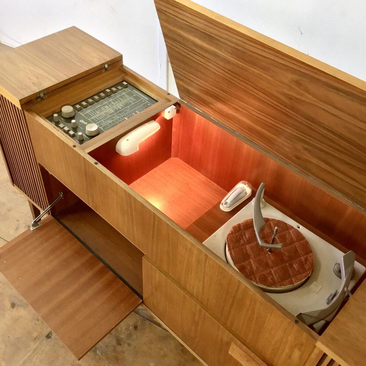 Vintage Nussbaum Sideboard 144 x 37cm Höhe 77cm. Das Radiomöbel hat hinter den Türklappen etwas Stauraum. Zusätzlich bietet das obere Fach neben dem Plattenspieler etwas Platz. Plattenspieler und Radio können natürlich auch ausgebaut werden, um zusätzlichen Stauraum zu schaffen.