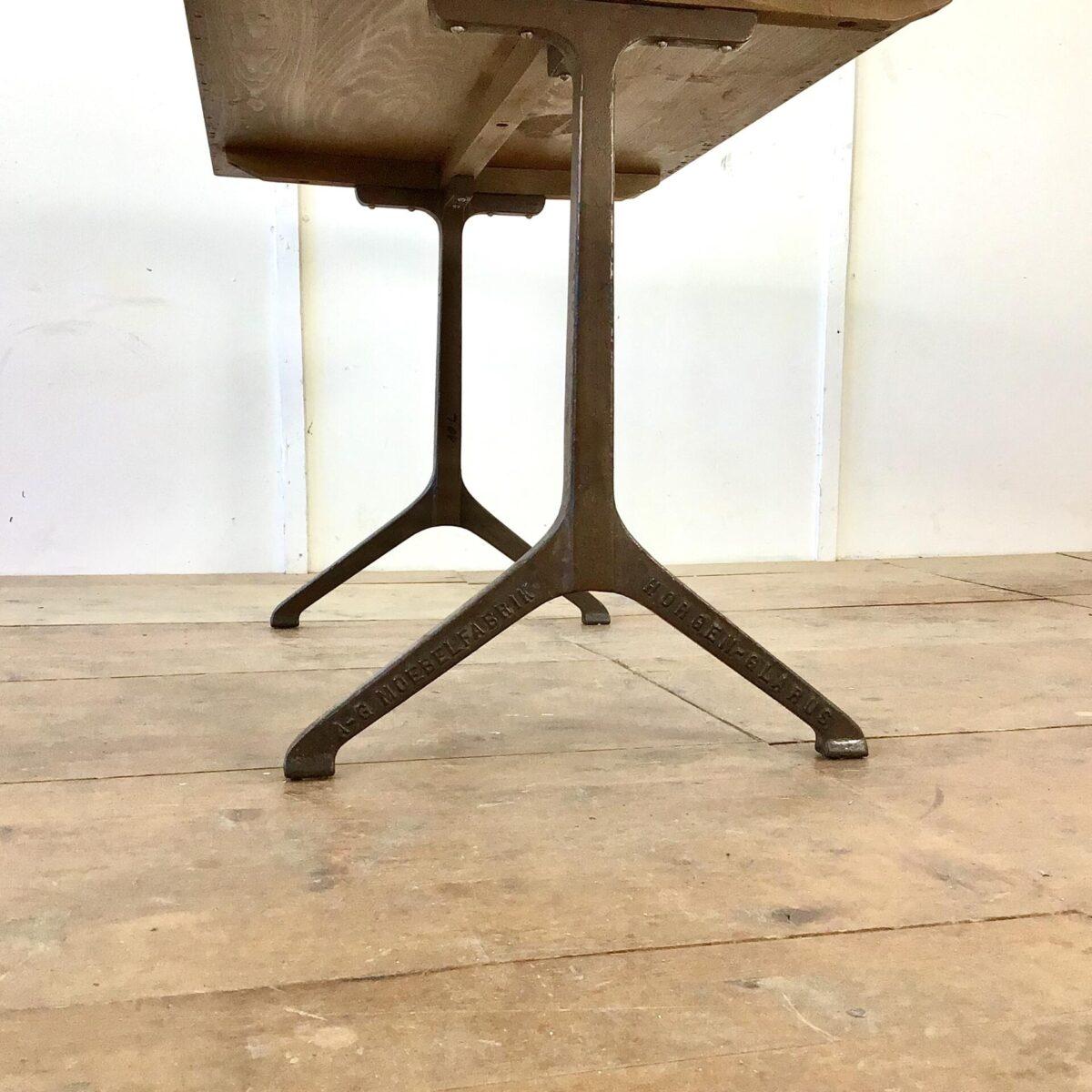 Drei Restauranttische von horgenglarus 138 x 72cm Höhe 74cm. Preis pro Tisch. Tischblatt Buchenholz massiv lackiert, diverse altersbedingte Abnutzungsspuren. Braune horgenglarus gussfüsse.