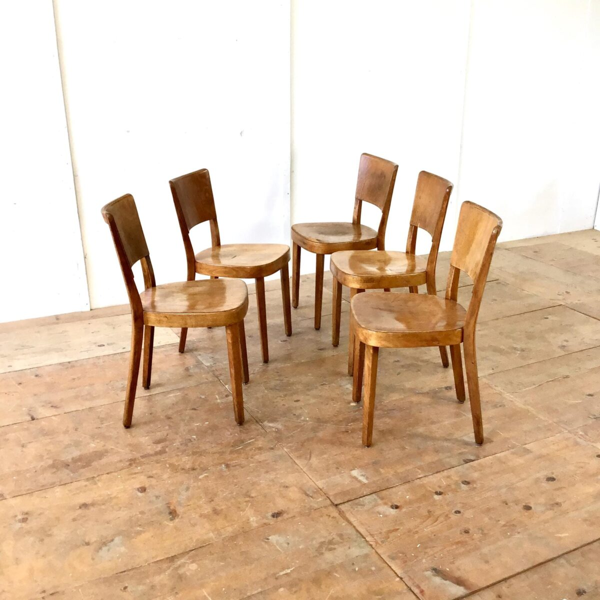 5er Set horgenglarus Beizenstühle von Haefeli. Schöne dunkelbraune Alterspatina, technisch stabil. Diverse Furnierabplatzer frisch eingesetzt.