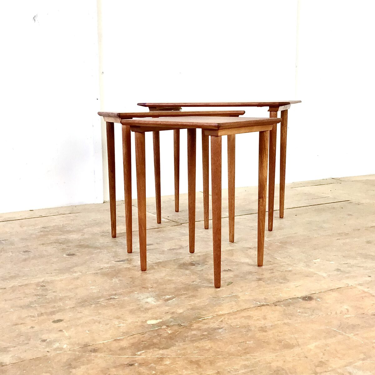 Teak Satztische von Kleppes Möbelfabrik Norwegen. 63.5 x 35 Höhe 51.5cm. Schön erhaltenes 3er Set Salontische, mit filigranen Beinen.