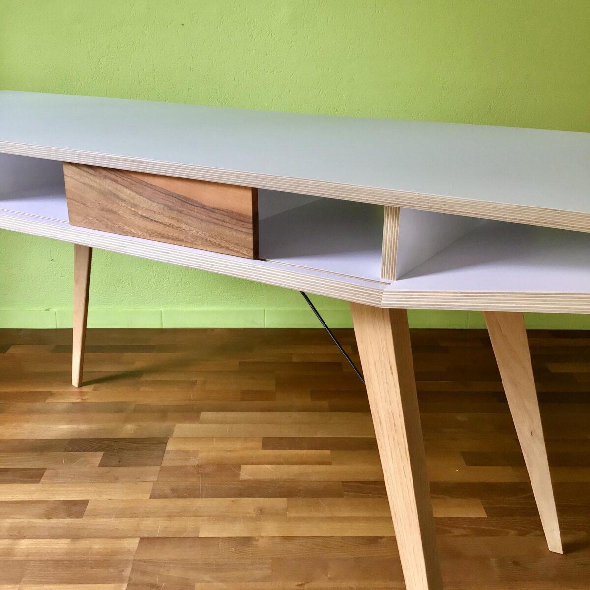 Schreibtisch 160 x 60cm Höhe 76.5cm. Der Tisch ist eine Eigenkreation, aus Birkensperrholz mit weisser Melamin Beschichtung. Tischbeine Eiche Massivholz, mit feinen Metallverstrebungen. Unter dem Tischblatt befinden sich fünf Ablagefächer. Zwei kleine Schiebetüren aus Nussbaum geben dem Tisch seinen Charakter. Dieser Schreibtisch zeichnet sich durch seine hochwertigen Materialien aus. Die weisse Tischoberfläche bietet einen ruhigen, pflegeleichten Arbeitsplatz.