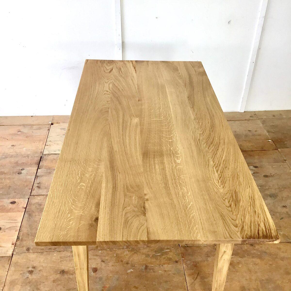 Esstisch aus Eichen Altholz 175cm mal 88.5cm Höhe 75cm. Ein paar kleine Wurmlöcher im Tischblatt, Oberflächen Behandlung mit natürlichem Hartöl.