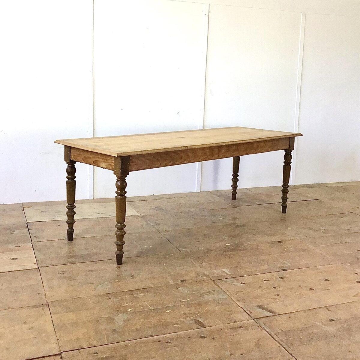 deuxieme.shop Antiker Beizentisch aus Frankreich220 x 76.5cm Tischblatt Tanne Massivholz mit Eichen Umrandung. Der lange Esstisch, mit gedrechselten Eichenholz Beinen, bietet Platz für bis zu 10 Personen.
