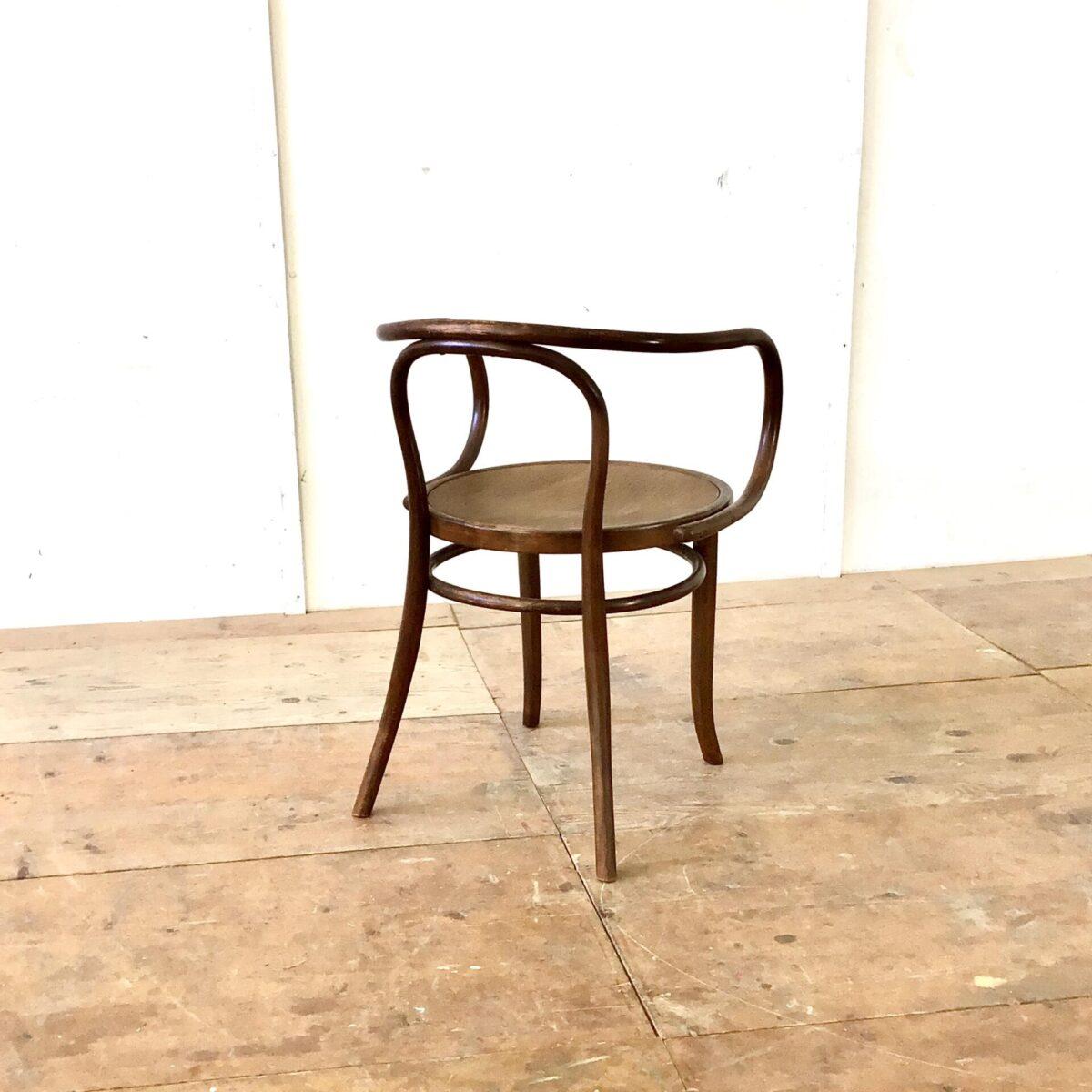 209 Bugholz Stuhl Thonet. Dunkelbraune warme Alterspatina. Die Sitzmulde ist leicht geprägt mit einem Krokodil Muster.