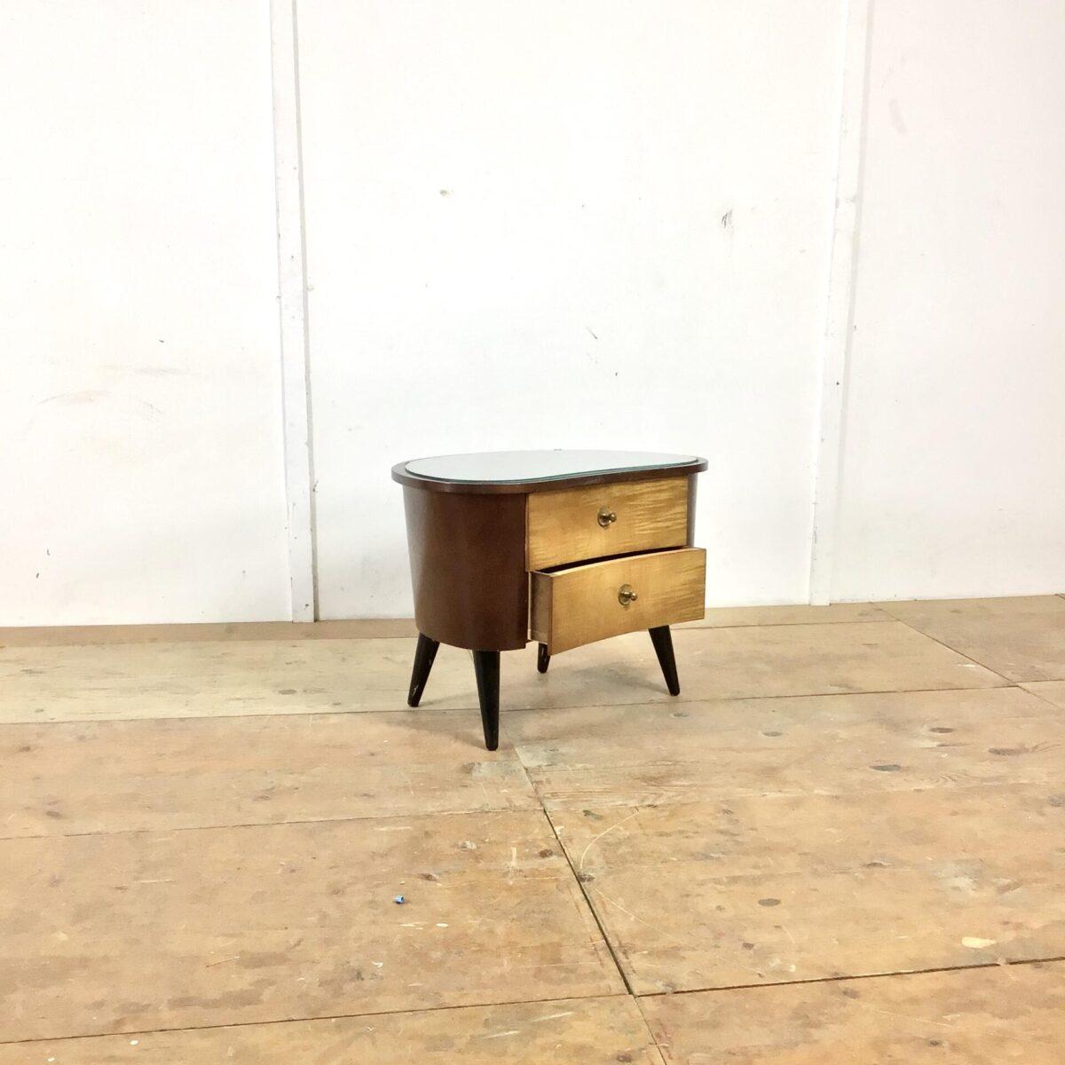50er Jahre Schlafzimmermöbel, Nachttische mit länglicher Kommode. Geschwungene runde Möbel mit Schubladen, Türen und Glasoberfläche. Die kleinen sind 61 x 40cm Höhe 44cm. Das grosse Sideboard ist 127 x 49cm Höhe 42cm.