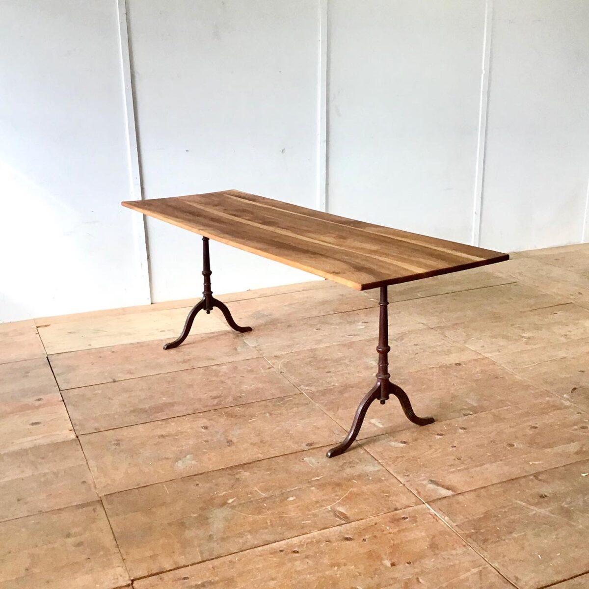 Alter Wirtshaustisch aus Nussbaumholz mit horgenglarus Gussfüssen 200 x 69 Höhe 75cm.