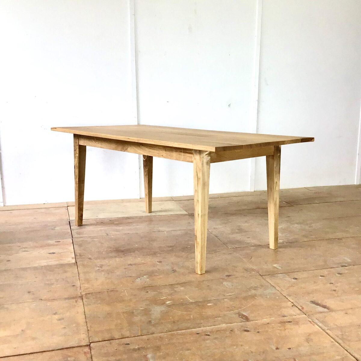 Deuxieme.shop Esstisch aus Eichen Altholz 175cm mal 88.5cm Höhe 75cm. Ein paar kleine Wurmlöcher im Tischblatt, Oberflächen Behandlung mit natürlichem Hartöl.