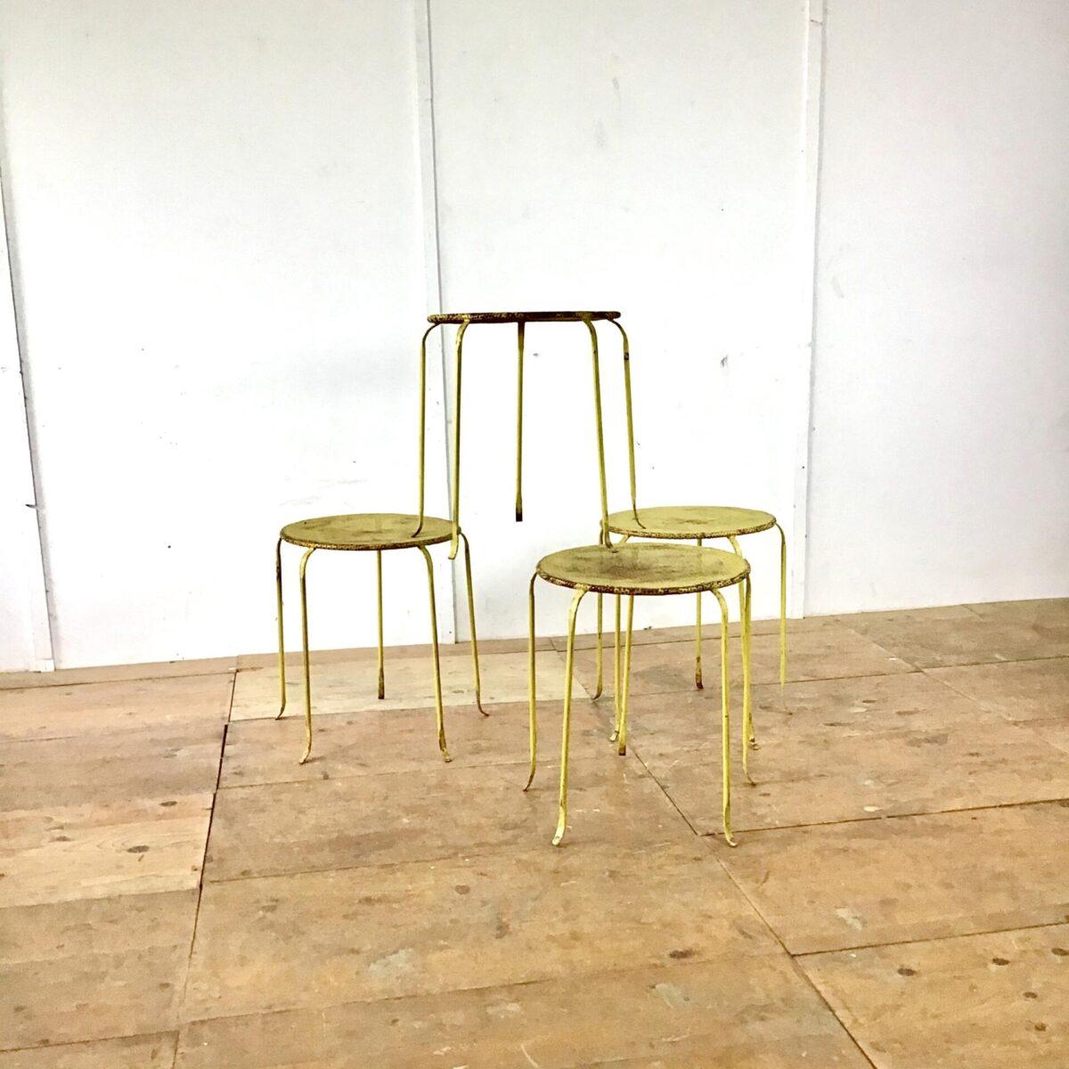 Vier Metall Gartentische Durchmesser 46cm Höhe 54cm. Filigrane Beine nicht allzu belastbar. Aber als Blumen Tischli, Kaffeetisch oder für dekoratives gut geeignet.