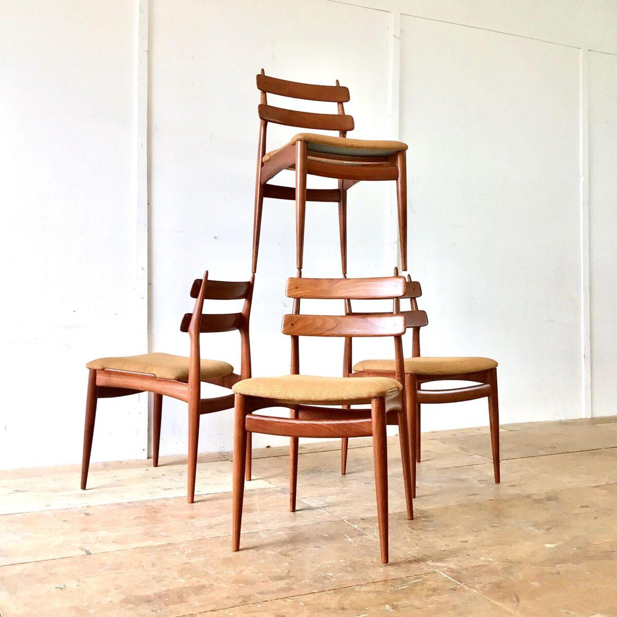 Deuxieme.shop Schön erhaltenes 4er Set Esszimmer Stühle von Swiss Teak. Ein paar wacklige Holzverbindungen haben wir frisch verleimt. Der Stoffbezug ist noch der originale und in recht gutem Zustand, eine Ecke ist allerdings leicht durchgeschabt. Ist auf Bild drei Sichtbar. Die Stühle sind sehr hochwertig verarbeitet, und bis in die Details schön geformt.