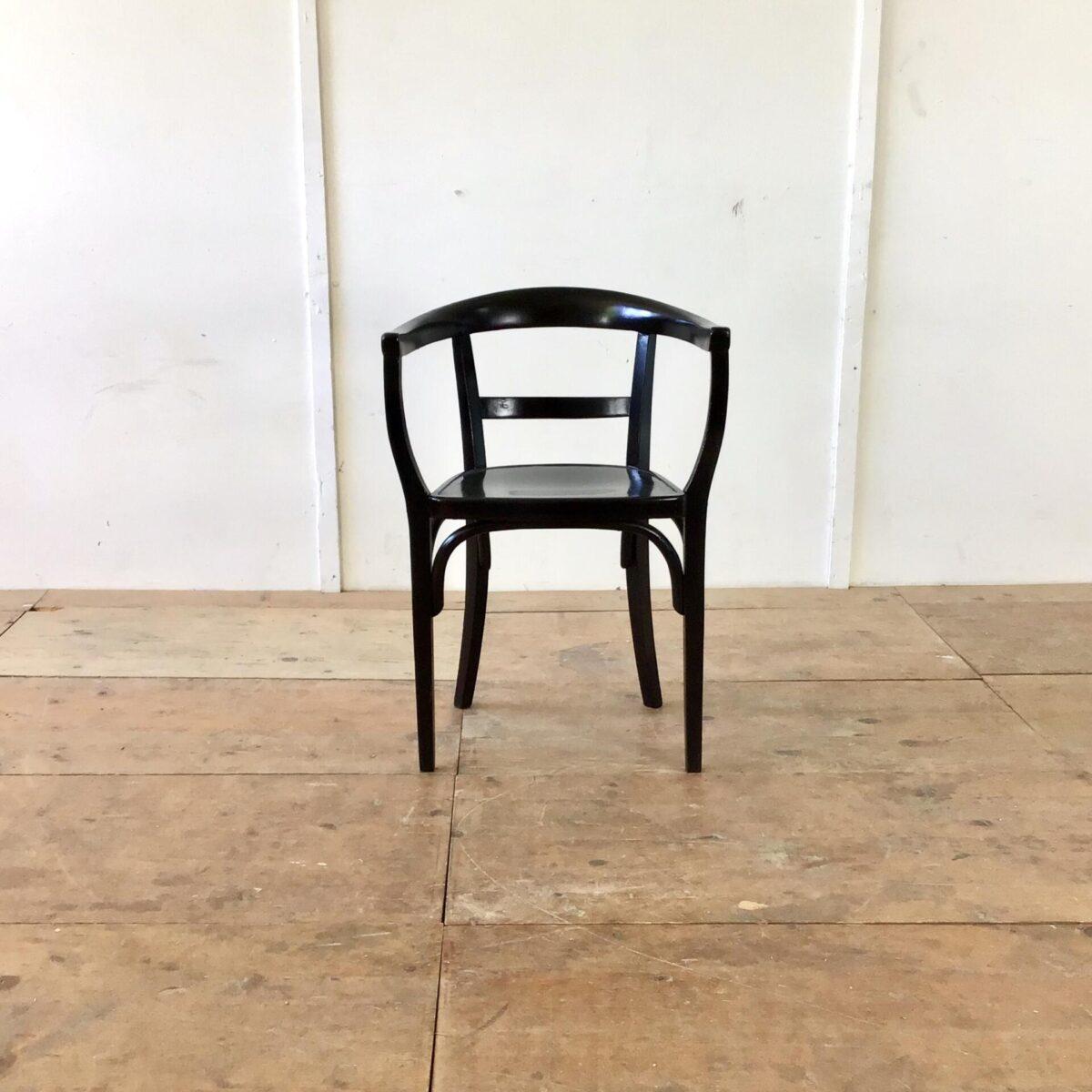 Zwei schwarze Armlehnstühle von Thonet. Die Farbe hat den einen oder anderen hick und Kratzer, aber allgemein in schönem stabilen Zustand.