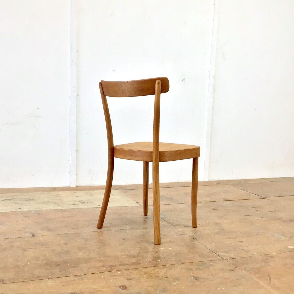 Einzelner horgenglarus Stuhl von Werner Max Moser. Frühes Modell 1-250 aus Eschenholz. Der Stuhl ist komplett geschliffen und mit Naturöl behandelt. Warme, matte Ausstrahlung. Leichte Alterspatina. Technisch in einwandfreiem Stabilen Zustand. Für mich persönlich momentan Der Stuhl. Schlicht, Elegant, Zeitlos und aufs Minimum reduziert, trotzdem stabil und bequem.
