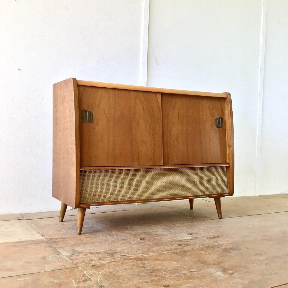 Deuxieme.shop. Altes Radiomöbel mit zwei Schiebetüren. Das Möbel ist, bis auf die Lautsprecher, ausgeschlachtet. Es kann gut als Sideboard mit etwas Stauraum verwendet werden.