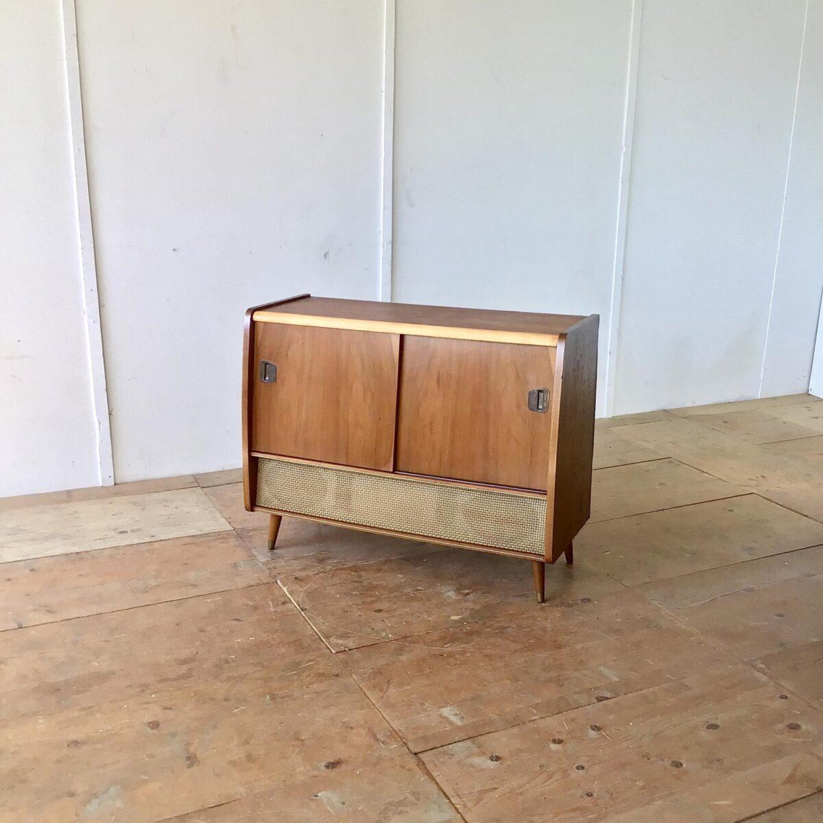 Altes Radiomöbel mit zwei Schiebetüren. Das Möbel ist, bis auf die Lautsprecher, ausgeschlachtet. Es kann gut als Sideboard mit etwas Stauraum verwendet werden.
