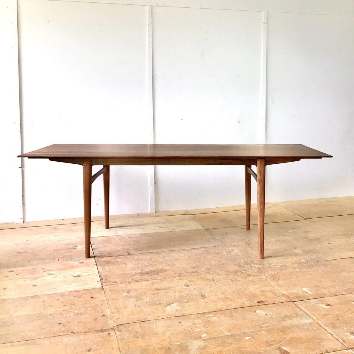 Nussbaumtisch 220 x 87 Höhe 74cm. Dieser Esstisch wurde von uns entworfen und produziert. Durch die von unten verjüngten Tischkanten, wirkt der Tisch sehr fein und leicht. Ist jedoch ein 30mm dickes Vollholz. Tischgestell, minimale Runde, leicht ineinander fliessende Formen.