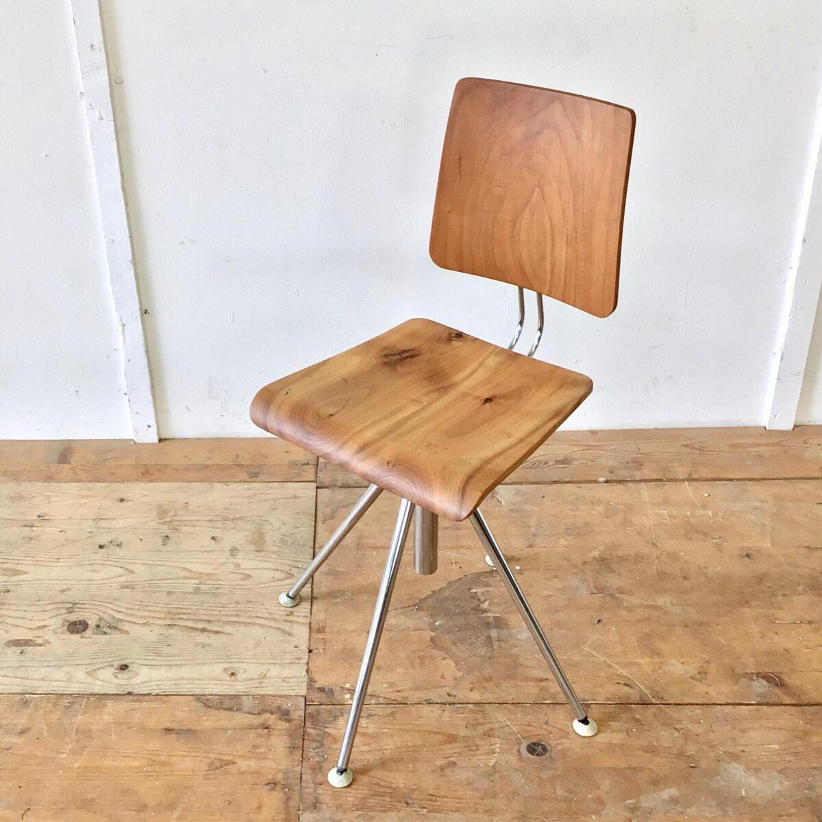 Diesen Bürostuhl aus den 60er/70er Jahren haben wir als Stuhlgestell ohne Rückenlehne und Sitzfläche erworben. Er bekam die nötigen Basics und was ein Stuhl sonst noch braucht von uns - Lehne und Sitz aus Kirschbaum Vollholz geschnitzt. Der Stuhl ist höhenverstellbar von 47-60cm. Die Rückenlehne lässt sich in der Höhe etwas anpassen, der Verstellmechanismus ist aus Eisen gefräst und in die nötige Form geschliffen. Eine Hartkunststoffkugel als Verstellschraube gibt dem Stuhl eine gewisse Verspieltheit.