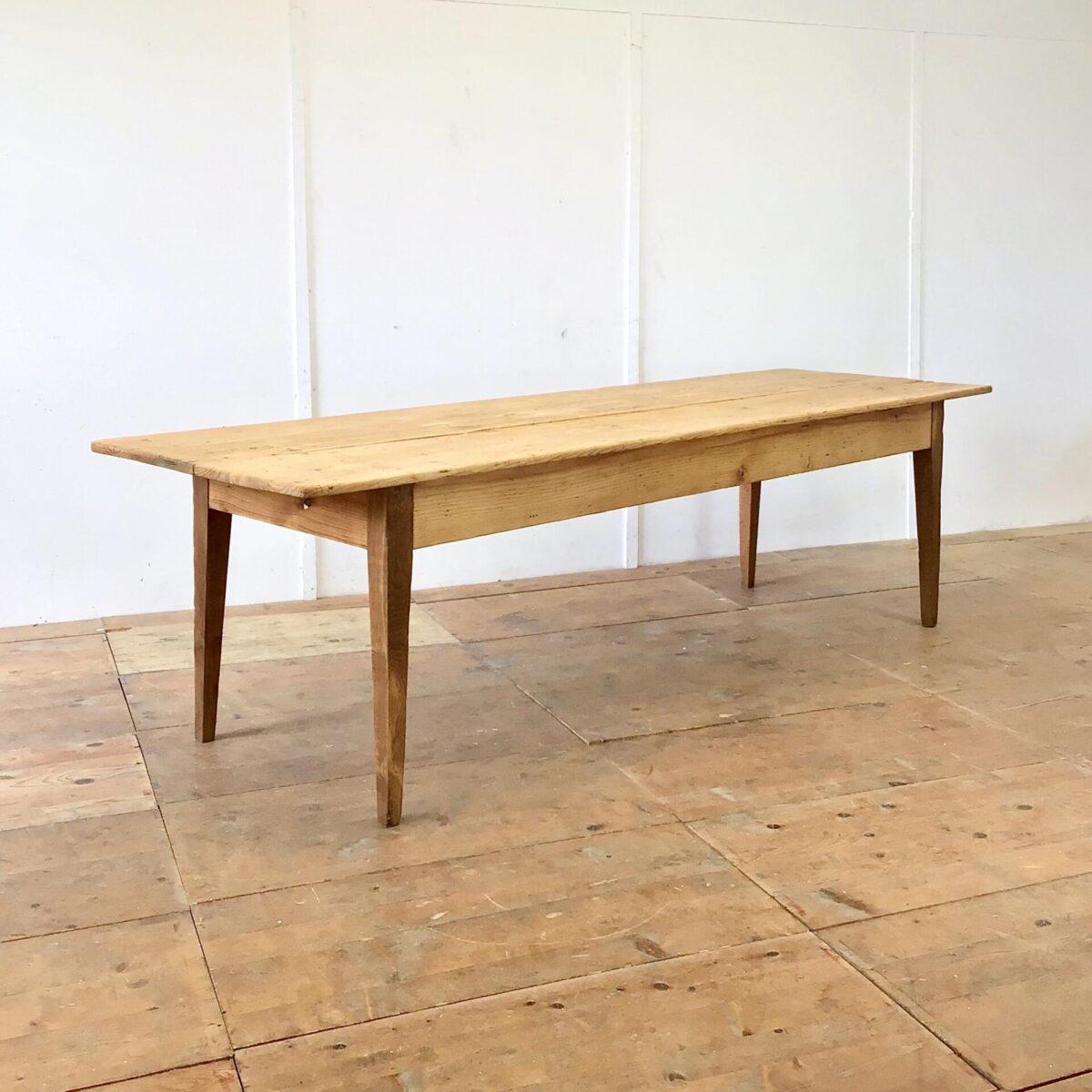 Deuxieme.shop Langer Biedermeiertisch aus Tannenholz. 270 x 84cm Höhe 75cm. Dieser alte Esstisch wurde als Arbeitstisch verwendet bevor er zu uns kam. Dementsprechend hat er diverse Beulen, Schrammen und kleinere Farbflecken, die ins Holz eingedrungen sind. Der Tisch ist komplett geschliffen und geölt. In der Tischmitte geht der länge nach ein Riss durchs Tischblatt. Da er organisch mit der Holzmaserung verläuft haben wir ihn so belassen. Nur leicht ausgeschliffen, und die scharfen Kanten etwas entschärft. Technisch haben wir den Tisch in stabilen, Alltagstauglichen Zustand gebracht. Es finden bis zu 10 Personen angenehm daran Platz.