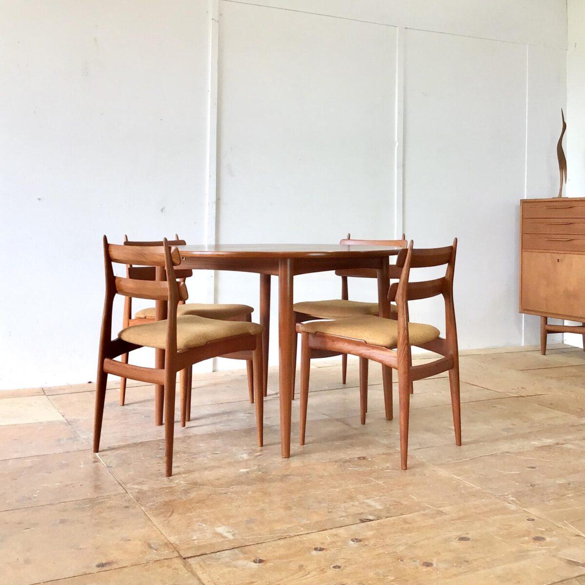 Deuxieme.shop Midcentury Teak Tisch. Esstisch, Küchentisch runder Auszugtisch, Holztisch. Durchmesser 110cm Höhe 73cm ausgezogen 148 x 110cm. Tischblatt furniert geölt, ausziehbar. Die Verlängerung ist aufklappbar und lässt sich im Bauch des Tisches verstauen. Die konisch runden Tischbeine sind aus Vollholz.