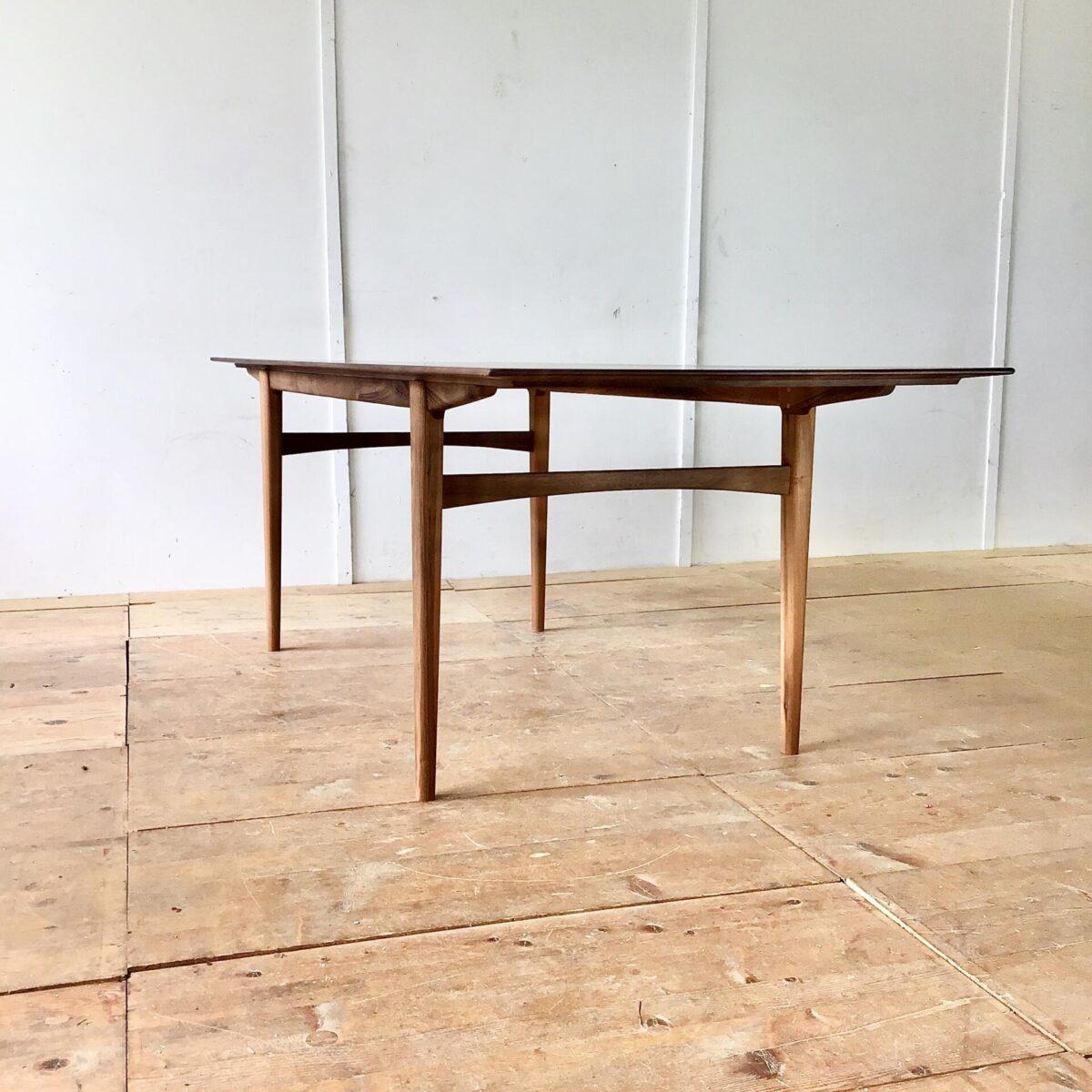 deuxieme.shop Nussbaumtisch 220 x 87 Höhe 74cm. Dieser Esstisch wurde von uns entworfen und produziert. Durch die von unten verjüngten Tischkanten, wirkt der Tisch sehr fein und leicht. Ist jedoch ein 30mm dickes Vollholz. Tischgestell, minimale Runde, leicht ineinander fliessende Formen.