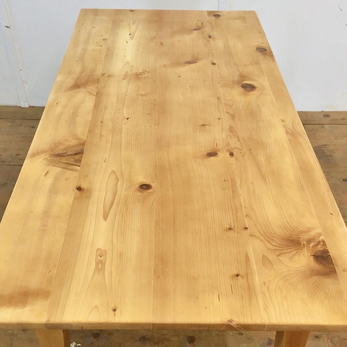 Tannenholztisch 182x83cm Höhe 78cm. Das Tischblatt ist teilweise etwas uneben. Die Beine wurden mal etwas verlängert um die Beinfreiheit zu vergrössern. Die Holz Oberflächen sind geölt, warme matte Ausstrahlung. An der einen Längsseite hat es eine Besteck Schublade, mit Holzgriff.