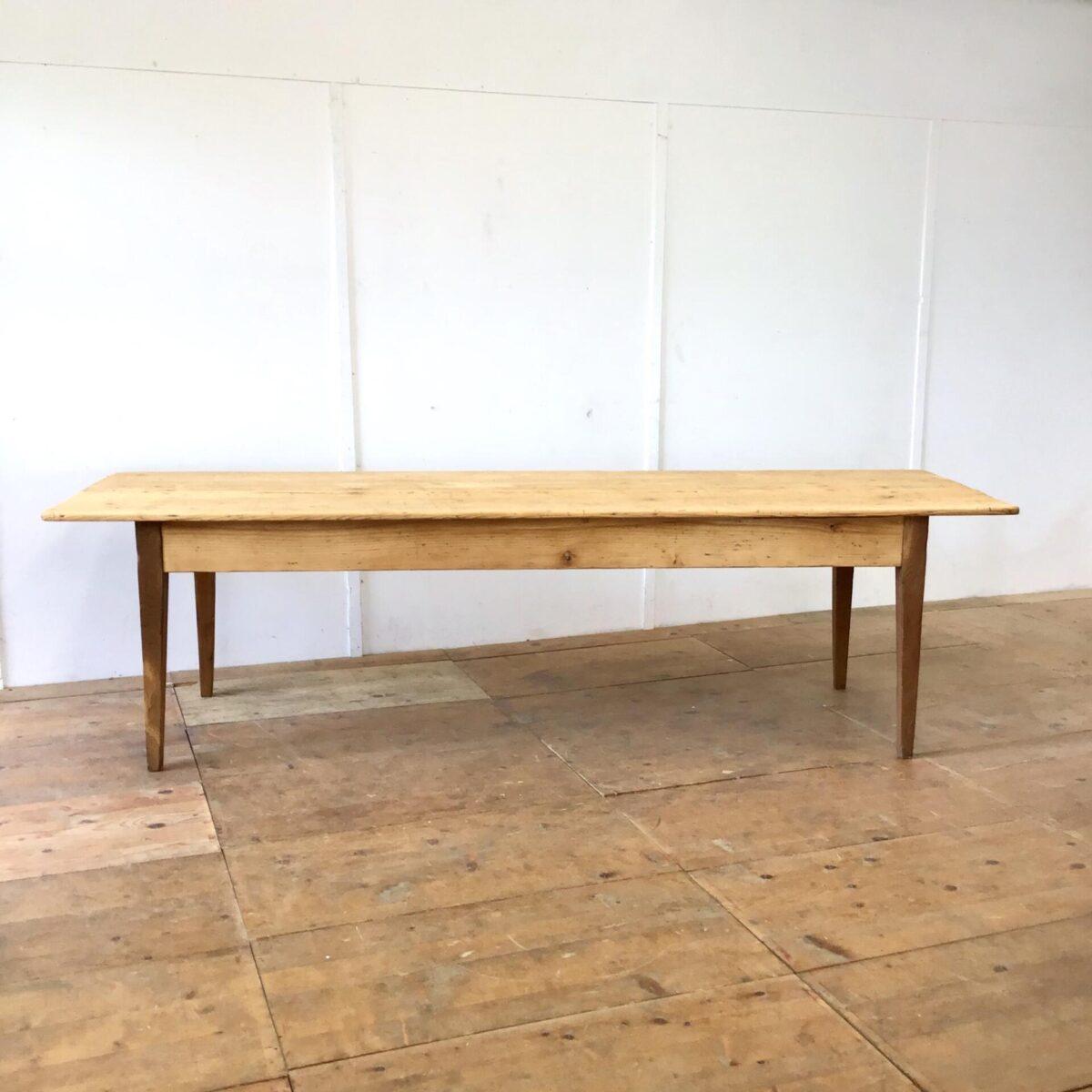 Langer Biedermeiertisch aus Tannenholz. 270 x 84cm Höhe 75cm. Dieser alte Esstisch wurde als Arbeitstisch verwendet bevor er zu uns kam. Dementsprechend hat er diverse Beulen, Schrammen und kleinere Farbflecken, die ins Holz eingedrungen sind. Der Tisch ist komplett geschliffen und geölt. In der Tischmitte geht der länge nach ein Riss durchs Tischblatt. Da er organisch mit der Holzmaserung verläuft haben wir ihn so belassen. Nur leicht ausgeschliffen, und die scharfen Kanten etwas entschärft. Technisch haben wir den Tisch in stabilen, Alltagstauglichen Zustand gebracht. Es finden bis zu 10 Personen angenehm daran Platz.