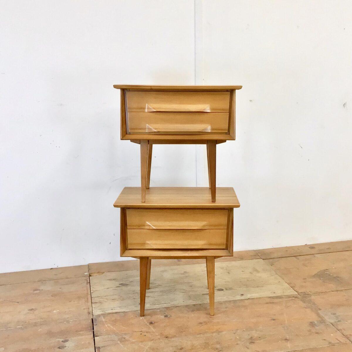 Schlafzimmer oder Wohnzimmerkombination. Sideboard 135x50cm Höhe 60.5cm. Nachttische 55.5x37cm Höhe 52cm. Die Möbel sind aus Nussbaum furniert. Sie stehen auf eleganten konischen Vollholz Beinen, die Frontumrandung ist ebenfalls aus Nussbaum Vollholz. Und laufen gegen unten leicht schräg nach vorne. Die Schubladengriffe sind sehr aufwändig verarbeitet, sie fliessen organisch aus der Front heraus. Beim Sideboard hat es eine abschliessbare Türe mit Holzgriff Schlüssel, und einem Tablar dahinter.