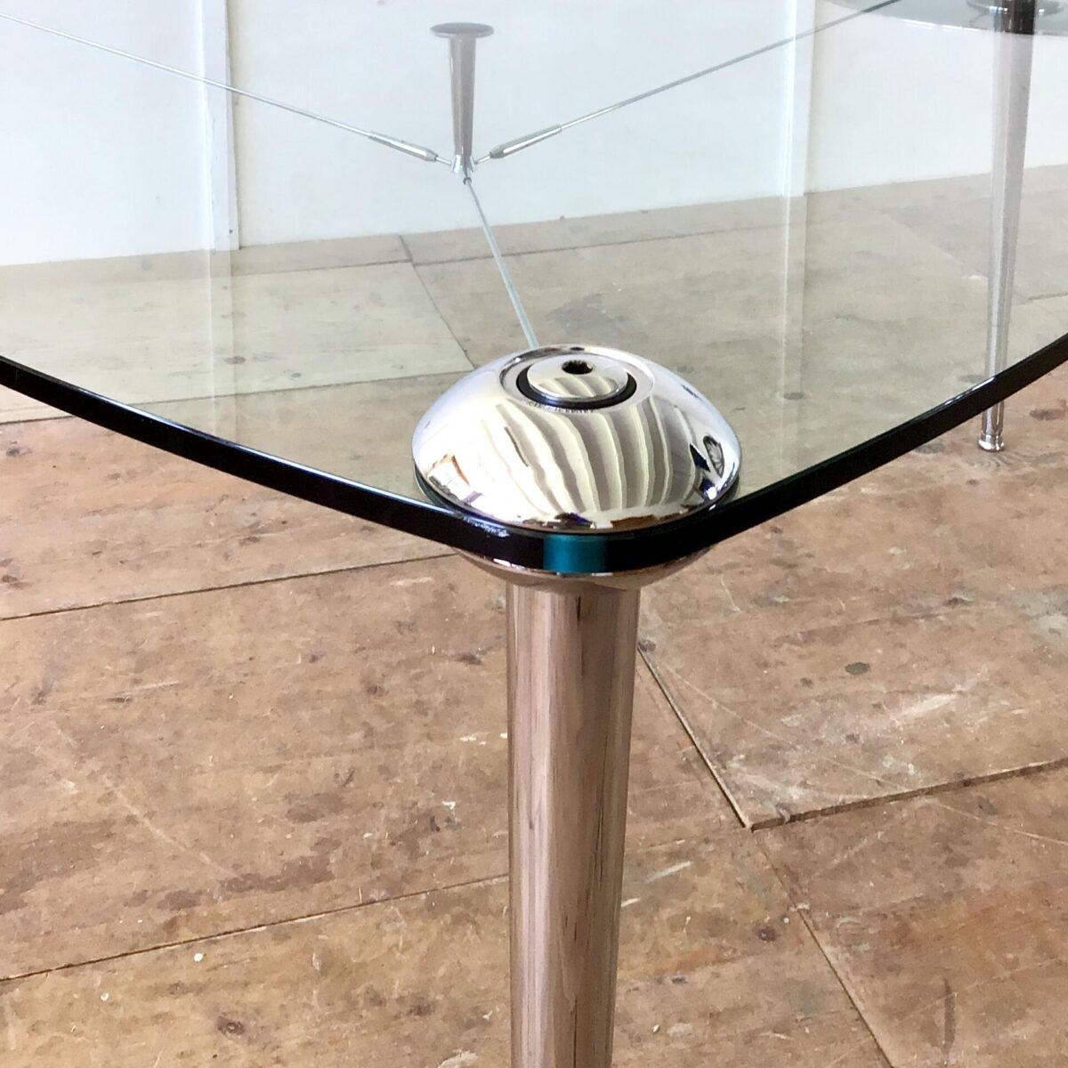 Glastisch von Hannes Wettstein für Baleri Italia. Durchmesser ca. 163cm Höhe 72cm. Kristalltischplatte, 15mm, mit verchromten Stahlrohr Füssen. Die Beine sind mittels Aludruckguss Schalen am Tischblatt befestigt, und können abgeschraubt werden. Die feinen Chromverstrebungen unter dem Tischblatt runden das ganze ab. Zusätzlich ist eine Chromstahl Früchteschale vorhanden, die auf einem beliebigen Tischbein aufgeschraubt werden kann. Tischfüsse können nivelliert werden.