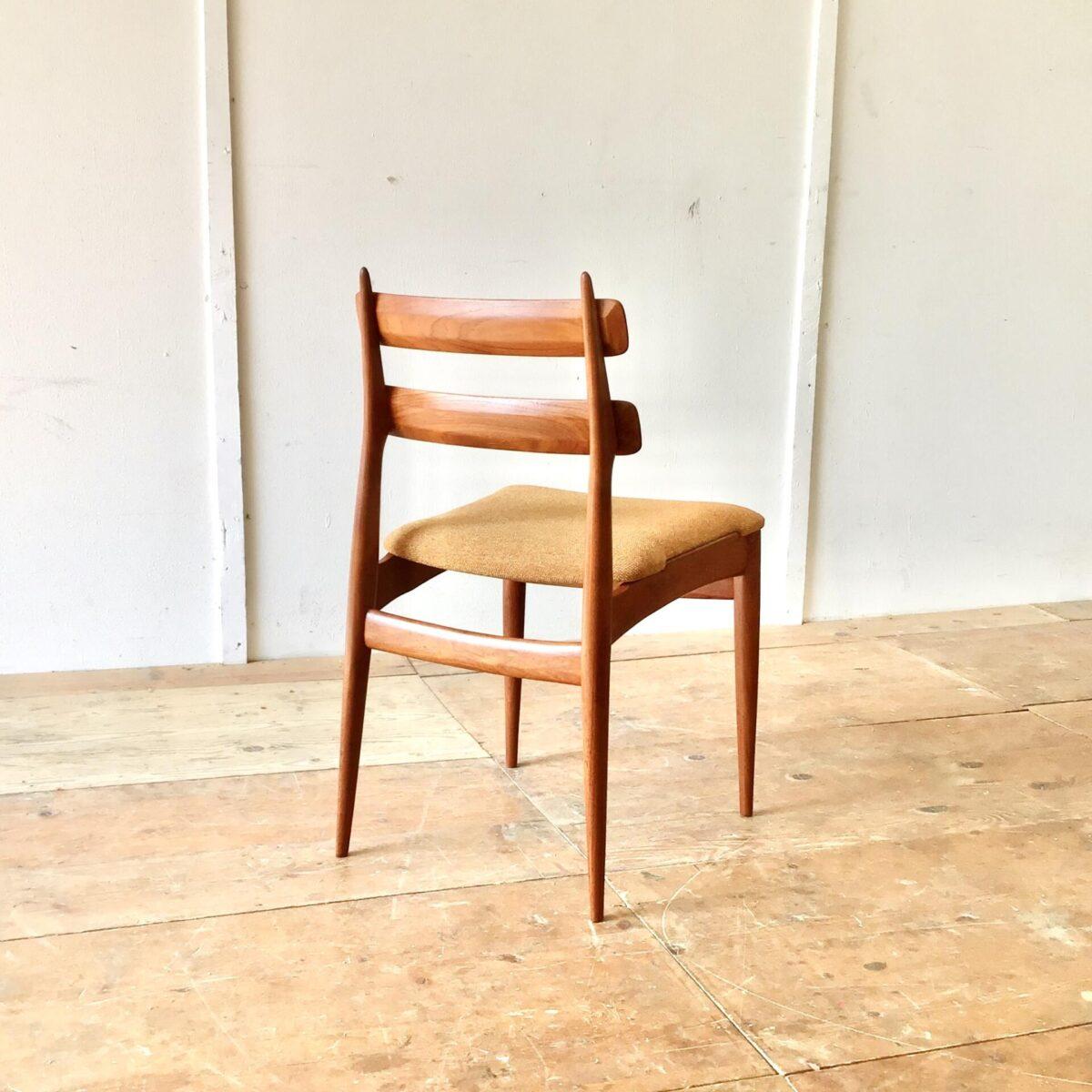 Schön erhaltenes 4er Set Esszimmer Stühle von Swiss Teak. Ein paar wacklige Holzverbindungen haben wir frisch verleimt. Der Stoffbezug ist noch der originale und in recht gutem Zustand, eine Ecke ist allerdings leicht durchgeschabt. Ist auf Bild drei Sichtbar. Die Stühle sind sehr hochwertig verarbeitet, und bis in die Details schön geformt.