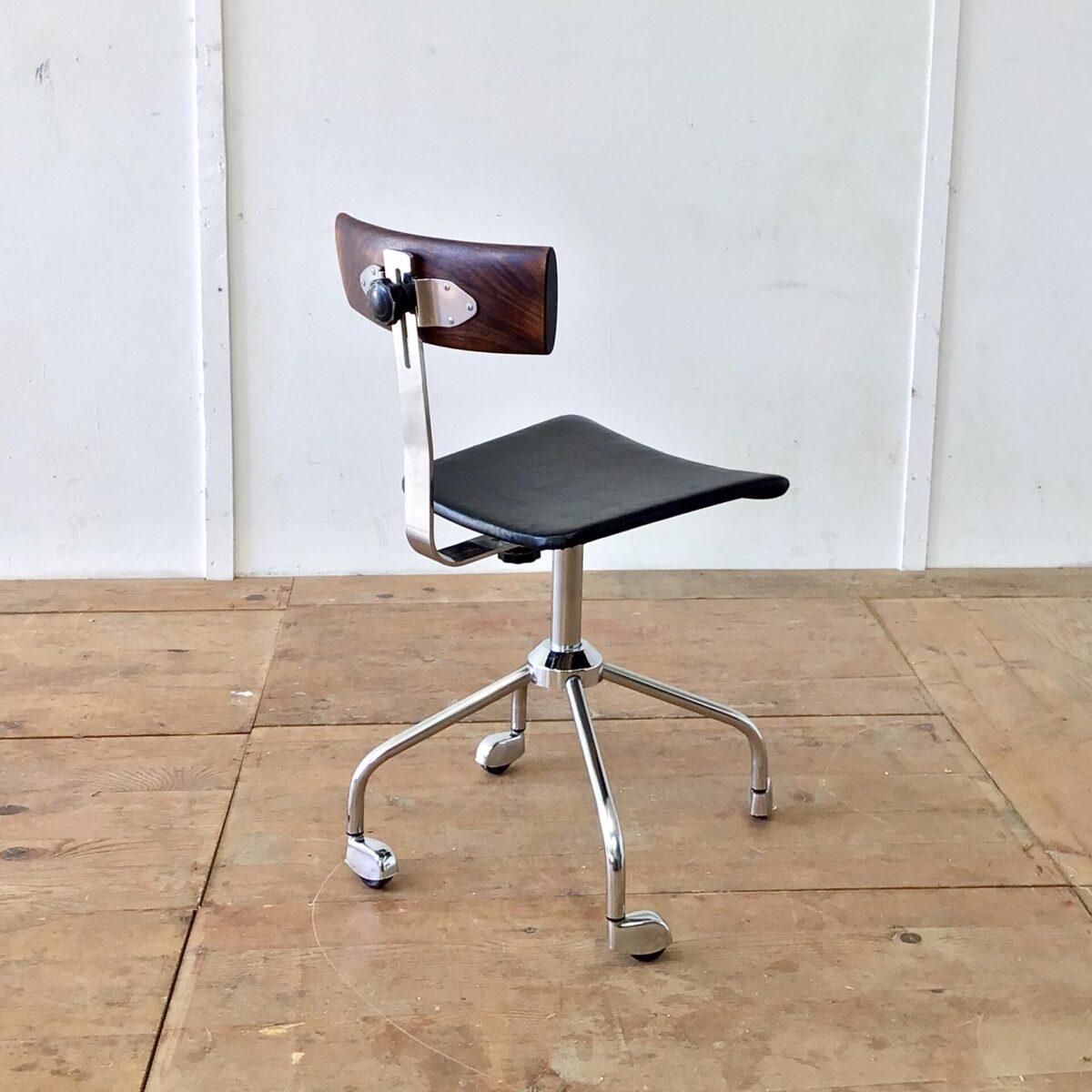 Dieser alte, feingliedrige Bürostuhl kam nur als Untergestell zu uns. Er bekam eine neue Sitzfläche aus schwarzem Leder. Die Rückenlehne ist aus Palisander Vollholz geschnitzt. Das Ziel war die Runden Formen der Füsse, oben nochmal aufzugreifen. Und Trotzdem einen eckigen, markanten Kontrast zu schaffen. Der Stuhl ist höhenverstellbar von 48-60cm.