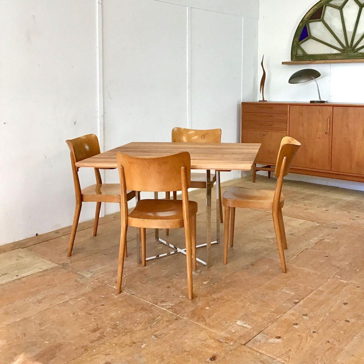Deuxieme.shop Vier Stapelbare Esszimmer Stühle. Dieser Holzstuhl ist ein Werkentwurf von horgenglarus ende 40er Jahre. Er hat schon einige Elemente des berühmten Kreuzzargenstuhl von Max Bill. Der Anfang 50er Jahre auf den Markt kam. Mir gefallen die Runden konischen Beine, die hinteren sind Sie Dampfgebogen. Mit Formschönem Abschluss hinter der Rückenlehne. Das die Stühle, mit der hohen ergonomisch geformten Rückenlehne, sehr bequem sind sieht man ihnen schon von weitem an. Wir haben die Vorderbeine, welche im Lauf der Zeit etwas wackelig wurden, frisch verleimt. Und ein paar Furnierabplatzer neu eingepasst.