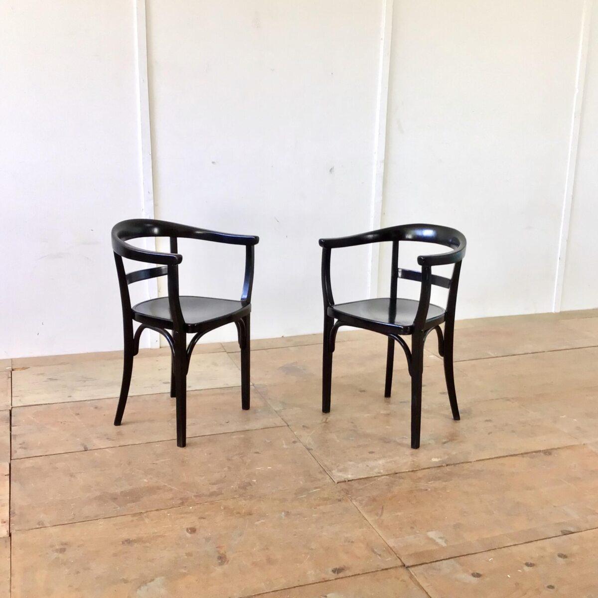 deuxieme.shop Zwei schwarze Armlehnstühle von Thonet. Die Farbe hat den einen oder anderen hick und Kratzer, aber allgemein in schönem stabilen Zustand.