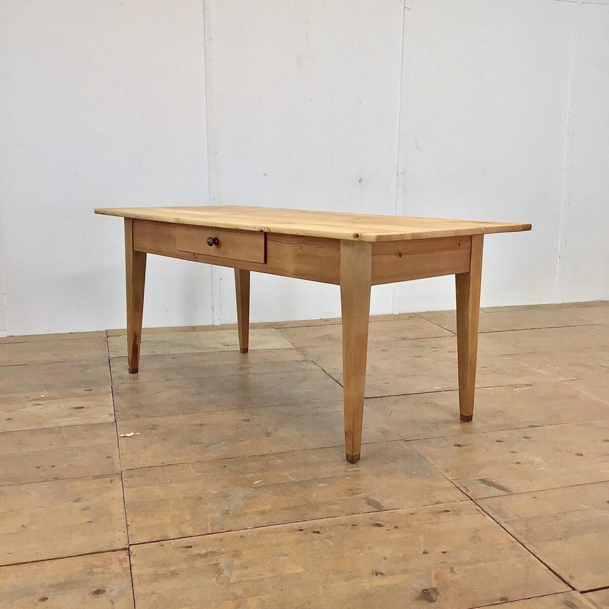 Deuxieme.shop Tannenholztisch 182x83cm Höhe 78cm. Das Tischblatt ist teilweise etwas uneben. Die Beine wurden mal etwas verlängert um die Beinfreiheit zu vergrössern. Die Holz Oberflächen sind geölt, warme matte Ausstrahlung. An der einen Längsseite hat es eine Besteck Schublade, mit Holzgriff.