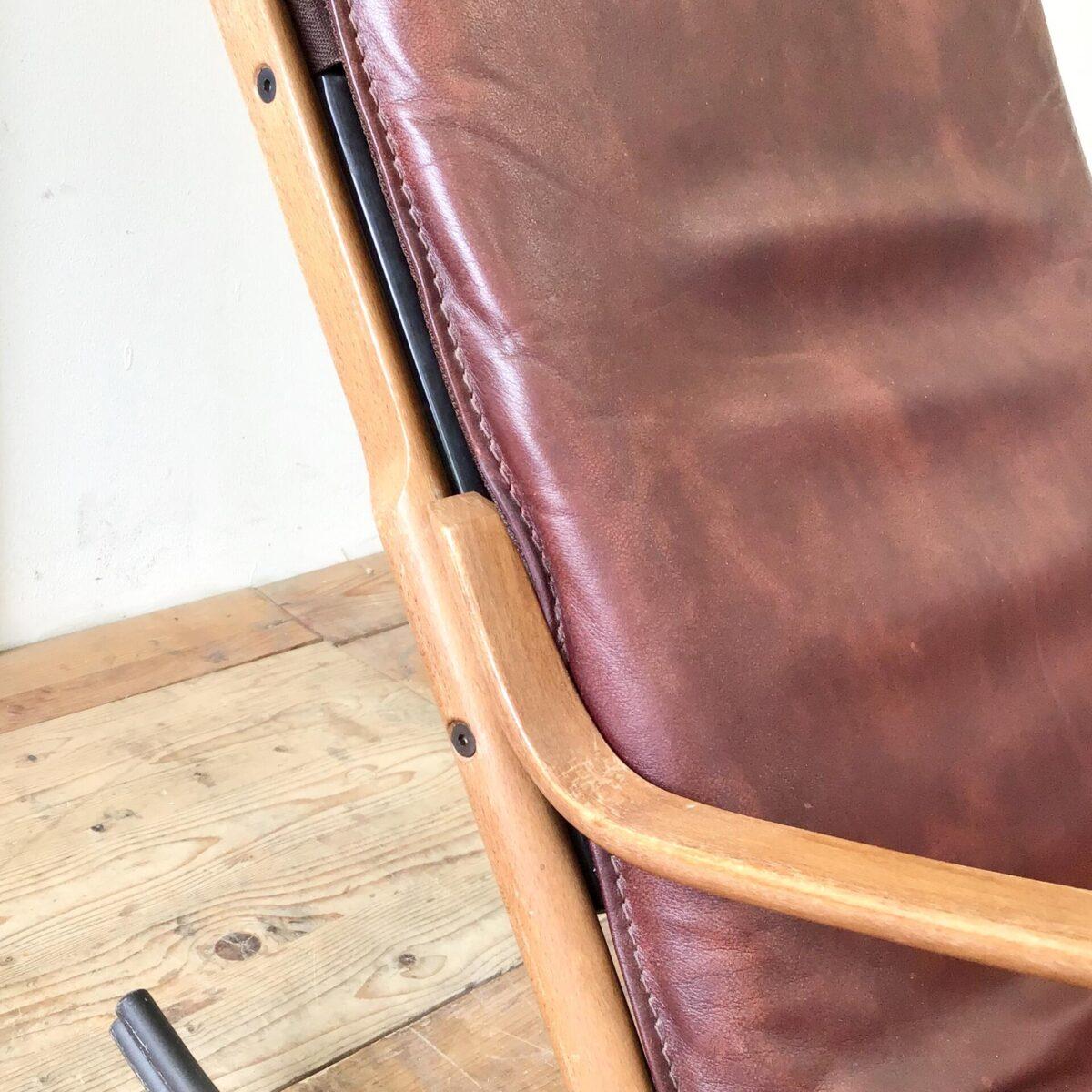 Schweizer Schaukelstuhl von Paul Tuttle für Strässle 70er Jahre.  Material Rötliches Leder, Buchenholz und Metall. Ein paar altersbedingte Gebrauchsspuren, der Lack auf den Armlehnen ist etwas abgewetzt. Technisch in einwandfreiem Stabilen Zustand. Sitzhöhe 42cm, Breite 56cm, Tiefe 98cm, Gesamthöhe 94cm.