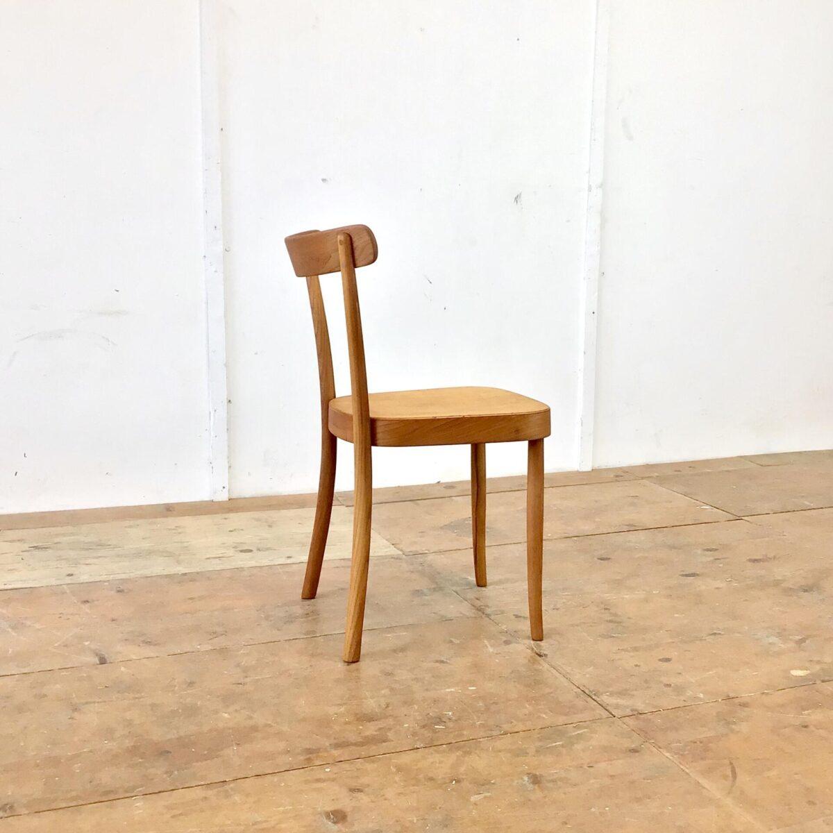 Deuxieme.shop Einzelner horgenglarus Stuhl von Werner Max Moser. Frühes Modell 1-250 aus Eschenholz. Der Stuhl ist komplett geschliffen und mit Naturöl behandelt. Warme, matte Ausstrahlung. Leichte Alterspatina. Technisch in einwandfreiem Stabilen Zustand. Für mich persönlich momentan Der Stuhl. Schlicht, Elegant, Zeitlos und aufs Minimum reduziert, trotzdem stabil und bequem.