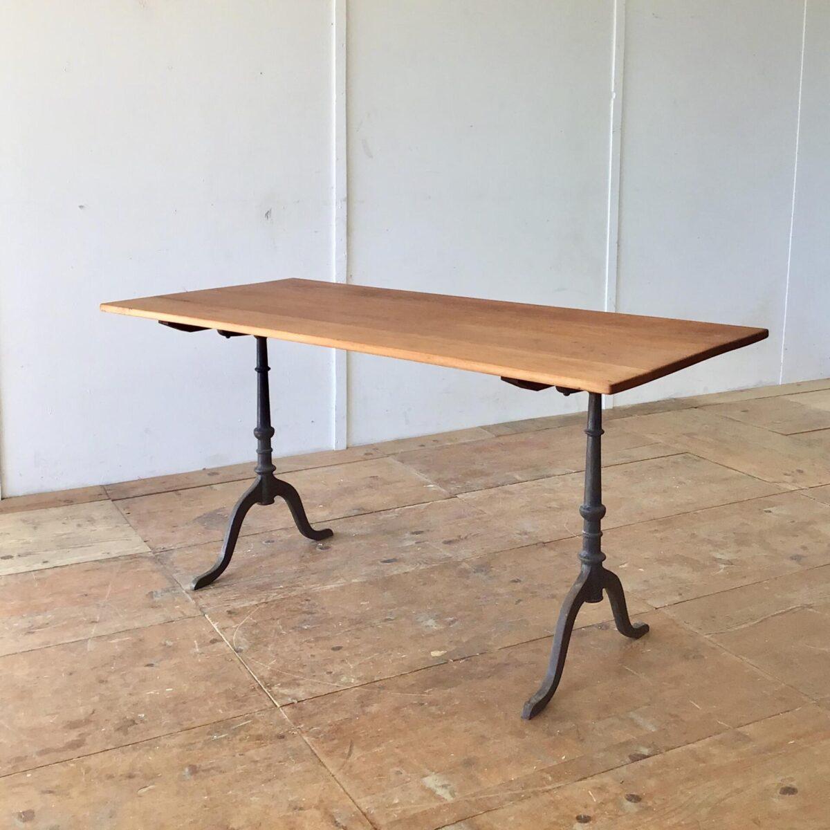 Schöner alter Buchenholz Beizentisch mit Gussfüssen. 150x69cm Höhe 74.5cm. Das Tischblatt ist überarbeitet und mit Naturöl geölt. Der Tisch hat eine rötliche warme Ausstrahlung. Altersbedingte Patina und leicht geschüsselte Tischoberfläche.