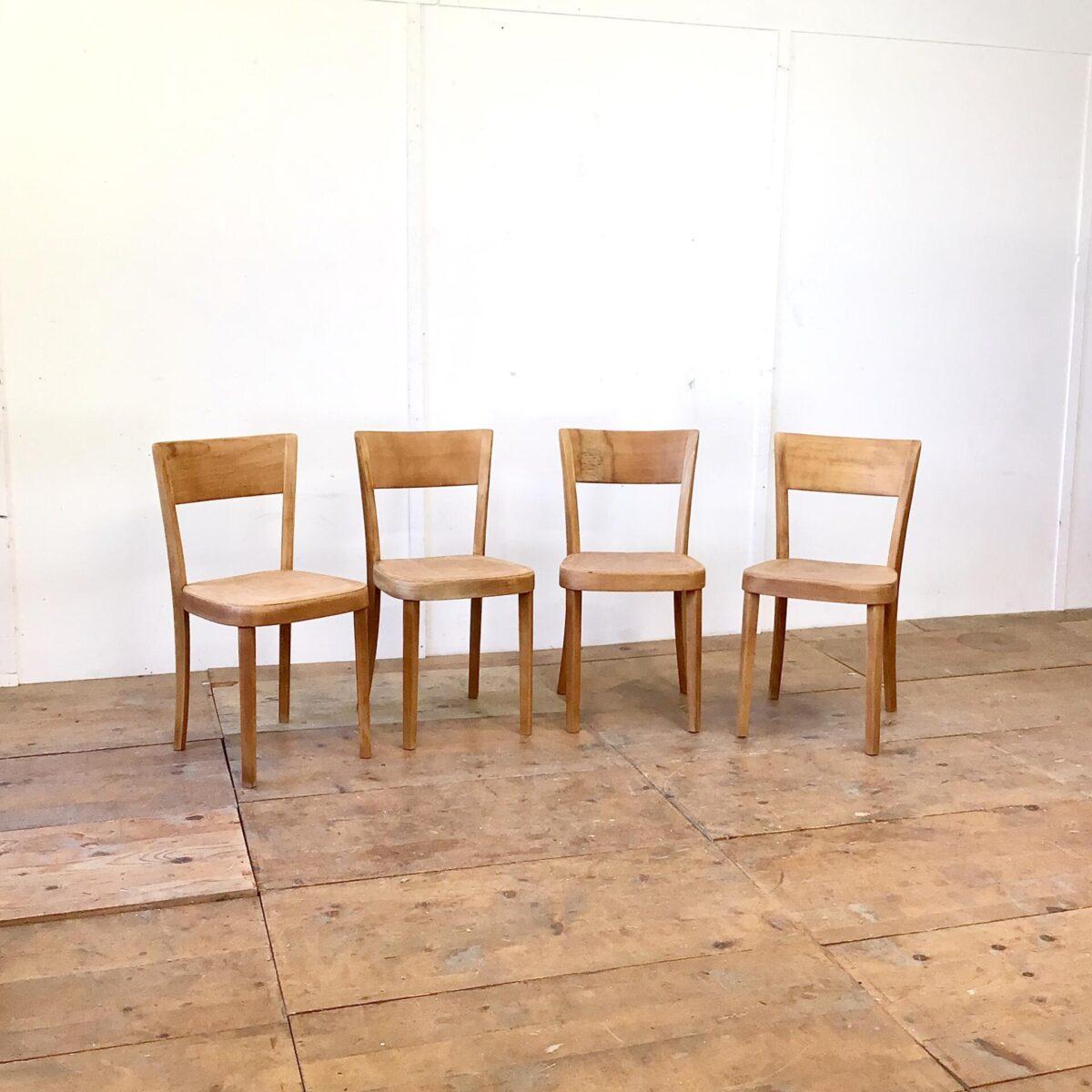 Gut gelebte Esszimmer Stühle von horgenglarus. Frisch verleimt komplett geschliffen und geölt. Warme matte honiggelbe Ausstrahlung. Teilweise deutliche Alterspatina. Beizenstühle von horgenglarus sind fast alle sehr bequem und langlebig.