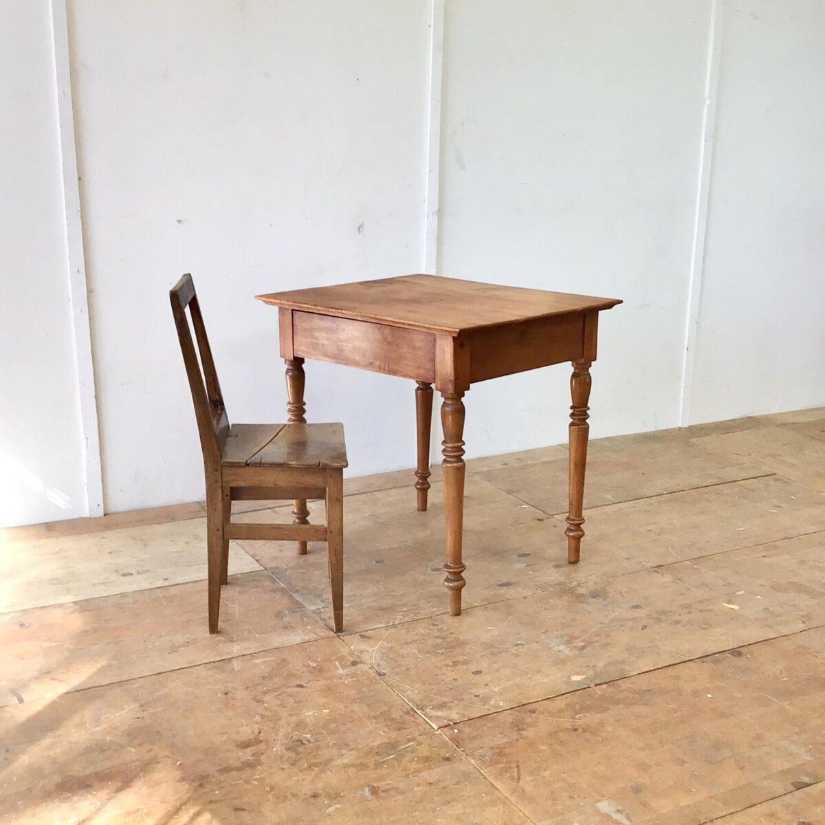 Kleiner antiker Kirschbaum Schreibtisch mit Schublade. 80x67cm Höhe 77cm. Tischoberfläche aufbereitet, mit Naturöl behandelt. Die intensive warm-rötliche Farbe gepaart mit der Alterspatina und den Wurmlöchern, geben dem Tisch seinen Charakter. Die von unten ausgekehlten Tischkanten, lassen den Tisch etwas leichter wirken.