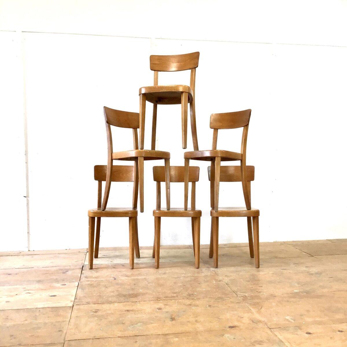 Deuxieme.shop Stabile Qualitäts Stühle von Tütsch Klingnau, mit Alterspatina. Preis pro Stuhl. Simple funktionale Esszimmer Stühle ähnlich dem horgenglarus Classic Modell.