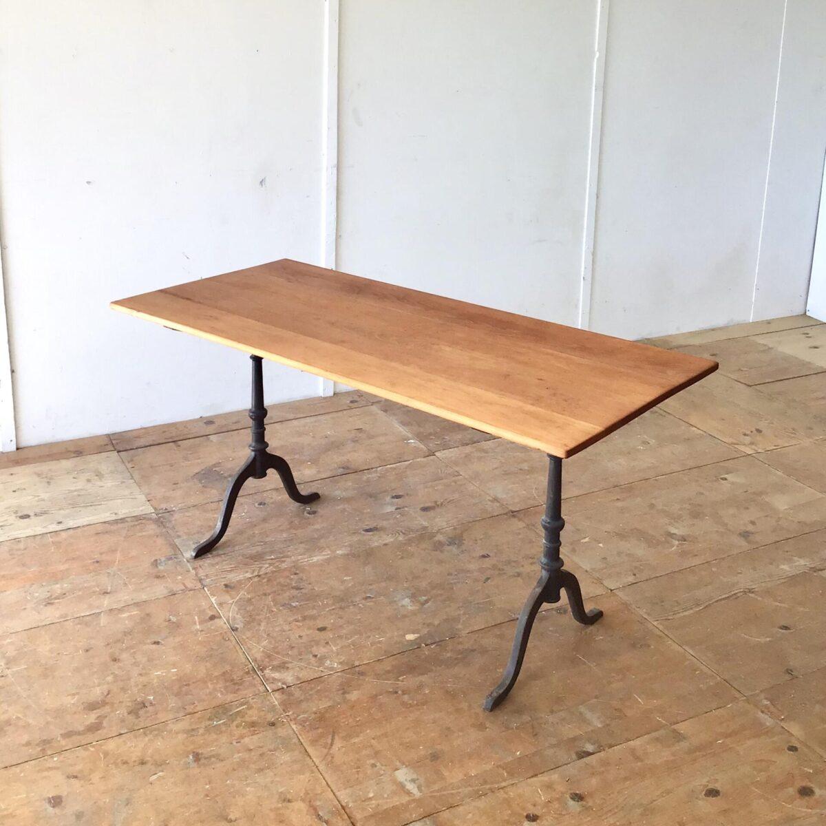 Deuxieme.shop Schöner alter Buchenholz Beizentisch mit Gussfüssen. 150x69cm Höhe 74.5cm. Das Tischblatt ist überarbeitet und mit Naturöl geölt. Der Tisch hat eine rötliche warme Ausstrahlung. Altersbedingte Patina und leicht geschüsselte Tischoberfläche.