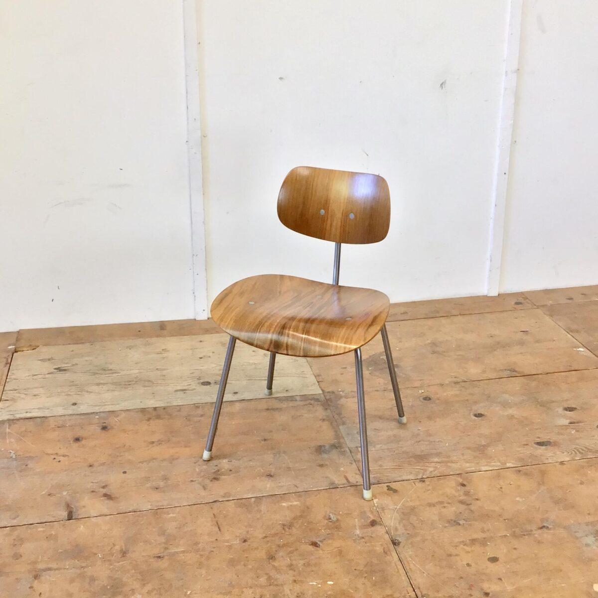 Vintage Stuhl Designklassiker. Schön erhaltener SE 68 Stapelstuhl von Egon Eiermann für Wilde + Spieth aus den 60er Jahren. Sitz und Lehne Nussbaum Furnier. Metall Gestell verchromt, altersbedingt leicht matt.