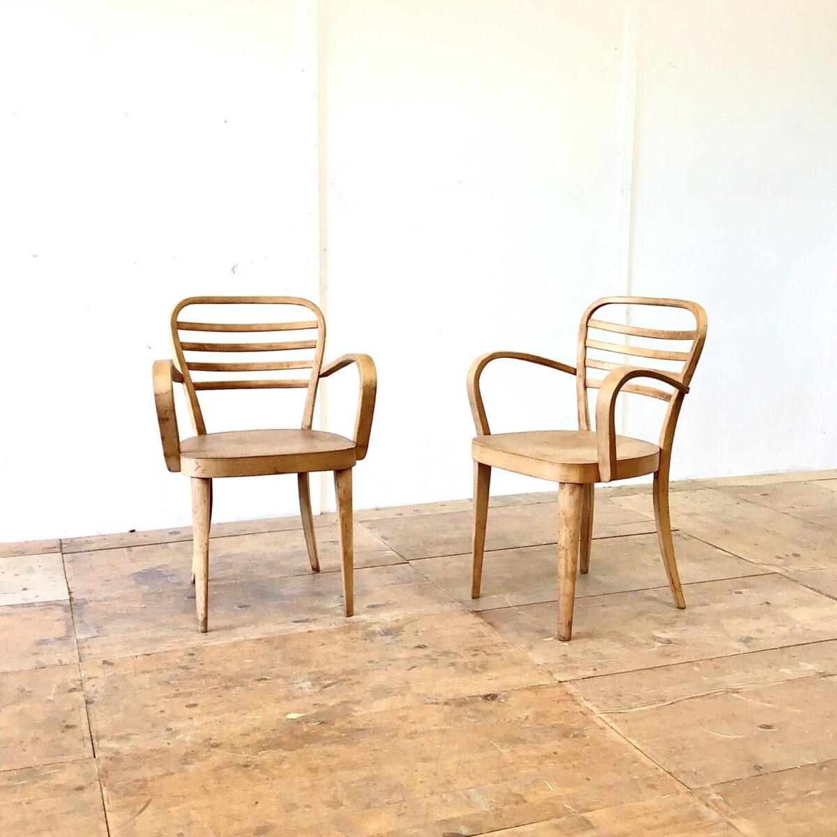 Deuxieme.shop Zwei Armlehnstühle aus Italien. Formschöne Verarbeitung, bequem und in stabilem Zustand. Die Stühle wurden wohl mal geschliffen und frisch, mit mattem Lack, lackiert. Die Alterspatina ist noch schön erhalten.