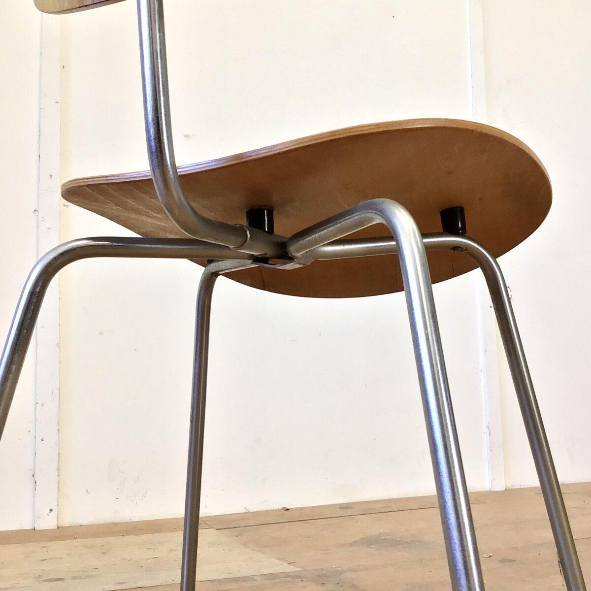 Schön erhaltener SE 68 Stapelstuhl von Egon Eiermann für Wilde + Spieth aus den 60er Jahren. Sitz und Lehne Nussbaum Furnier. Metall Gestell verchromt, altersbedingt leicht matt.