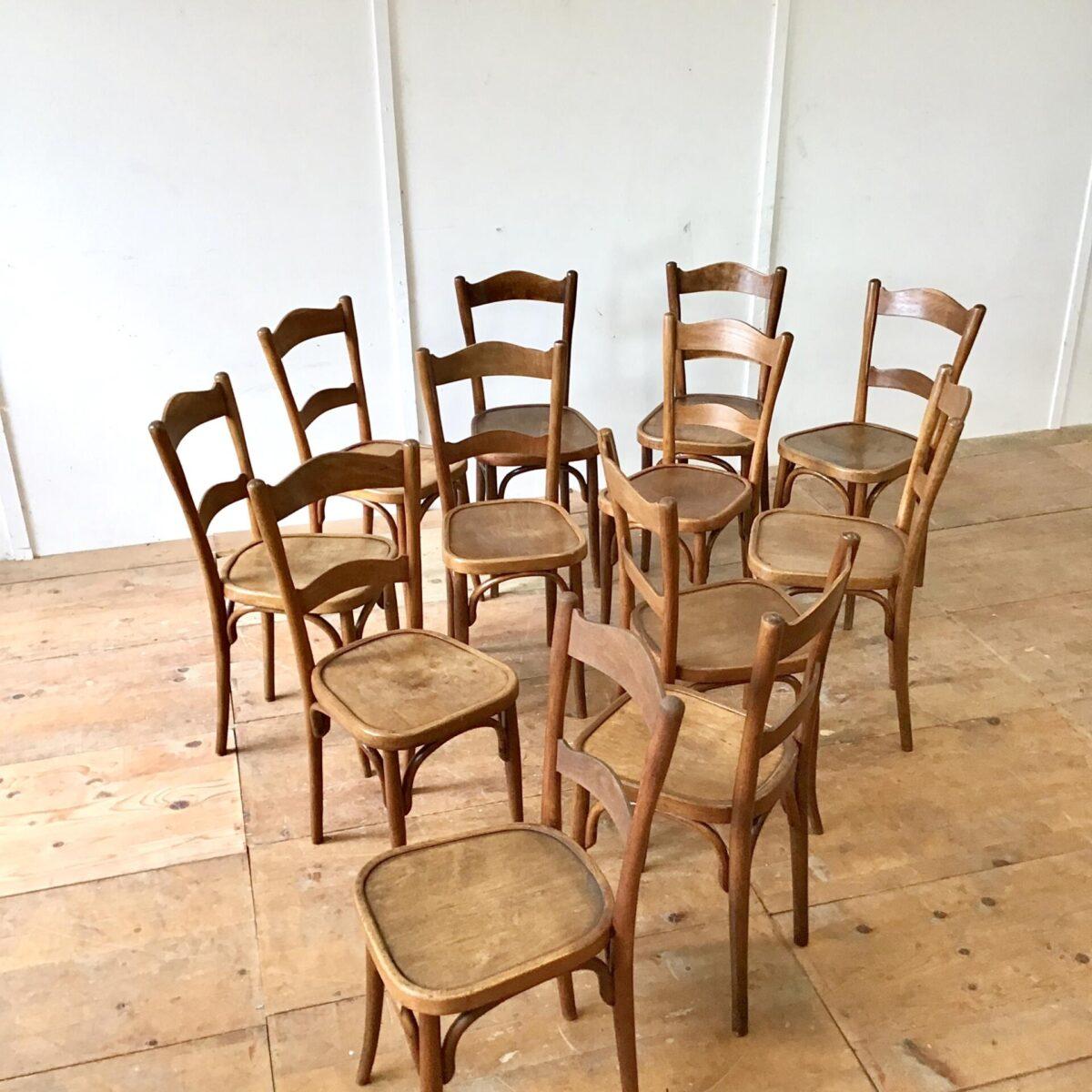 Schlanke Bistrostühle von horgenglarus, Preis pro Stuhl. Schöne Kastanienbraune Alterspatina, Technisch überarbeitet. Wacklige Beine und Sitzflächen frisch verleimt. Furnierabplatzer neu eingesetzt und kaputte oder fehlende Schrauben ersetzt.
