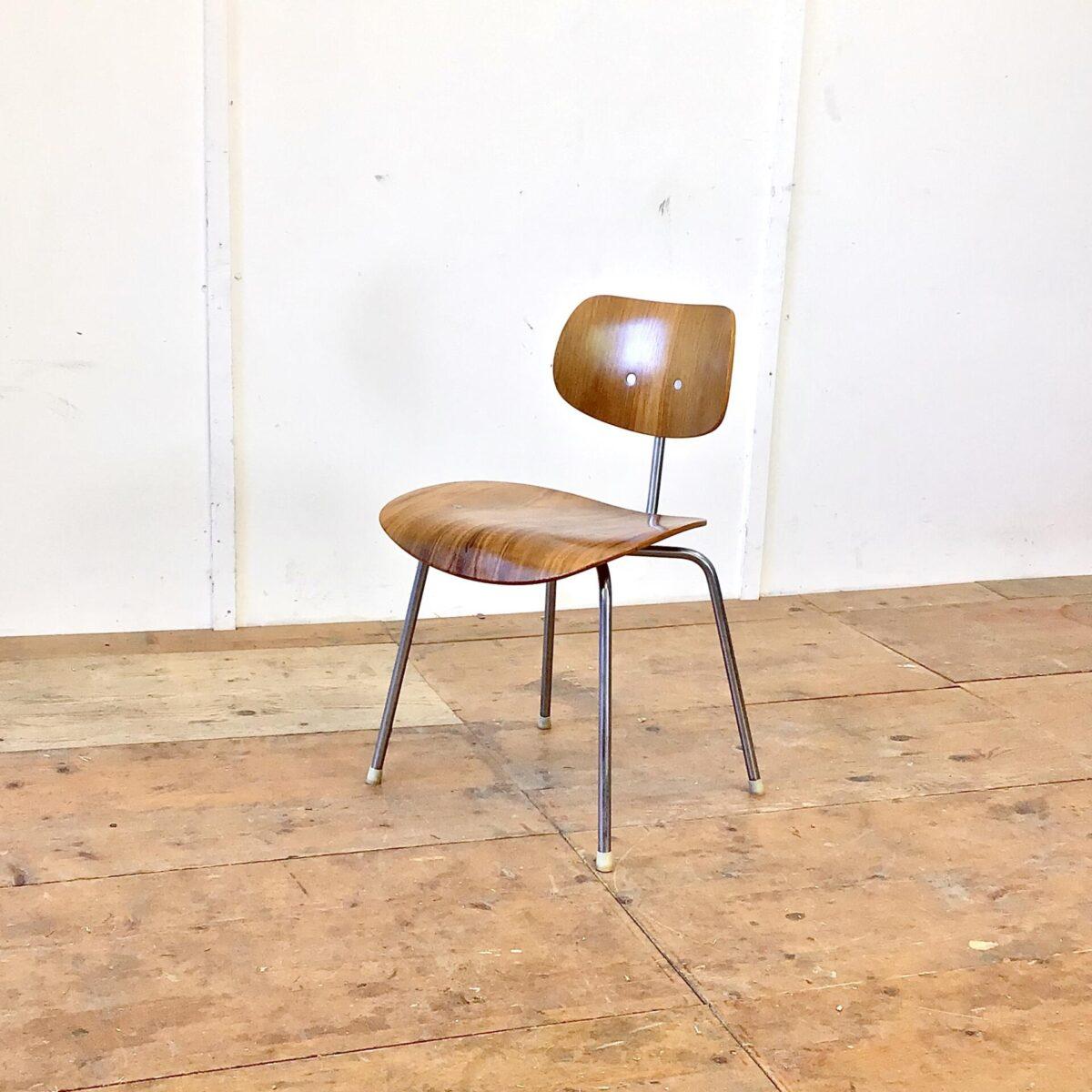 Deuxieme.shop Schön erhaltener SE 68 Stapelstuhl von Egon Eiermann für Wilde + Spieth aus den 60er Jahren. Sitz und Lehne Nussbaum Furnier. Metall Gestell verchromt, altersbedingt leicht matt.