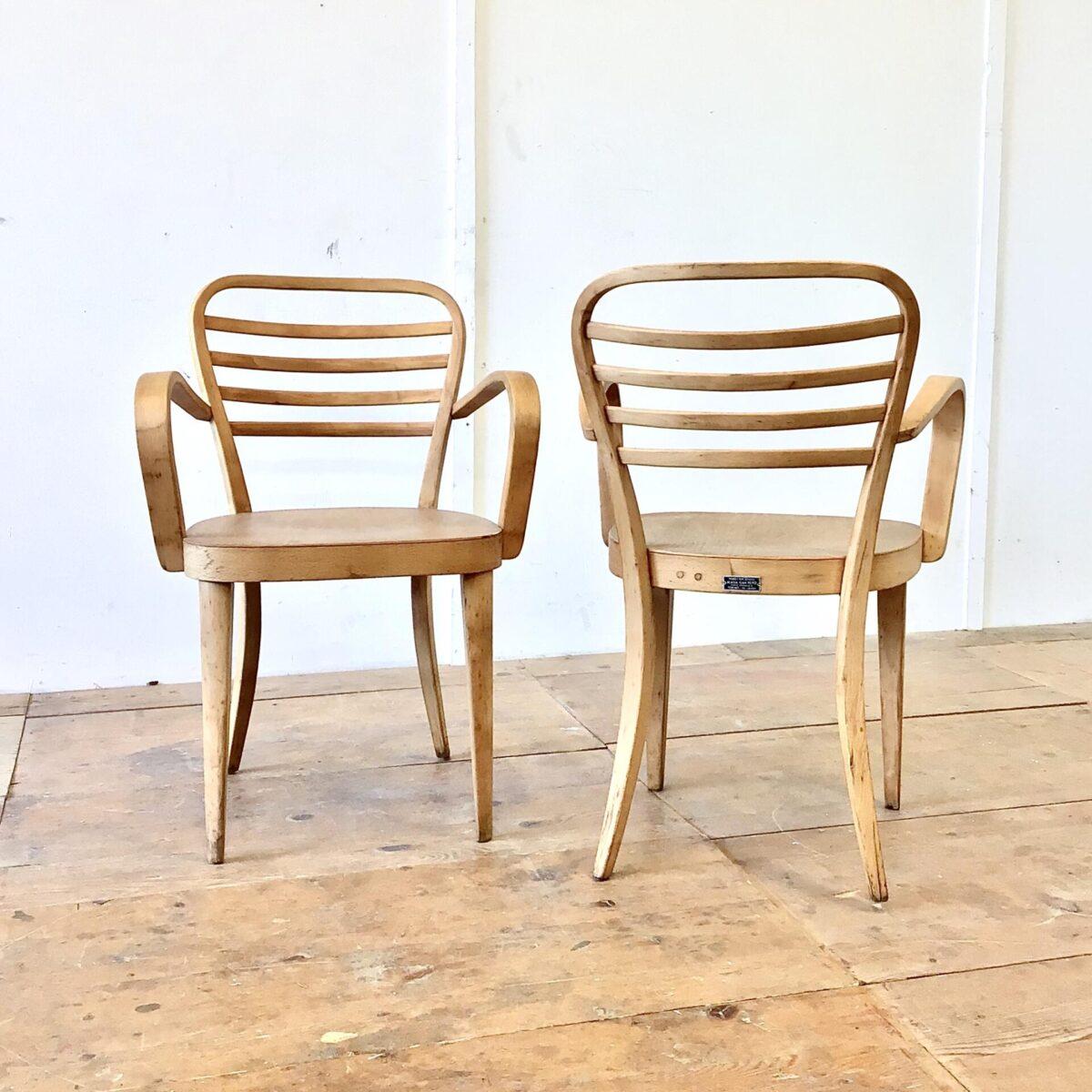 Zwei Armlehnstühle aus Italien. Formschöne Verarbeitung, bequem und in stabilem Zustand. Die Stühle wurden wohl mal geschliffen und frisch, mit mattem Lack, lackiert. Die Alterspatina ist noch schön erhalten.