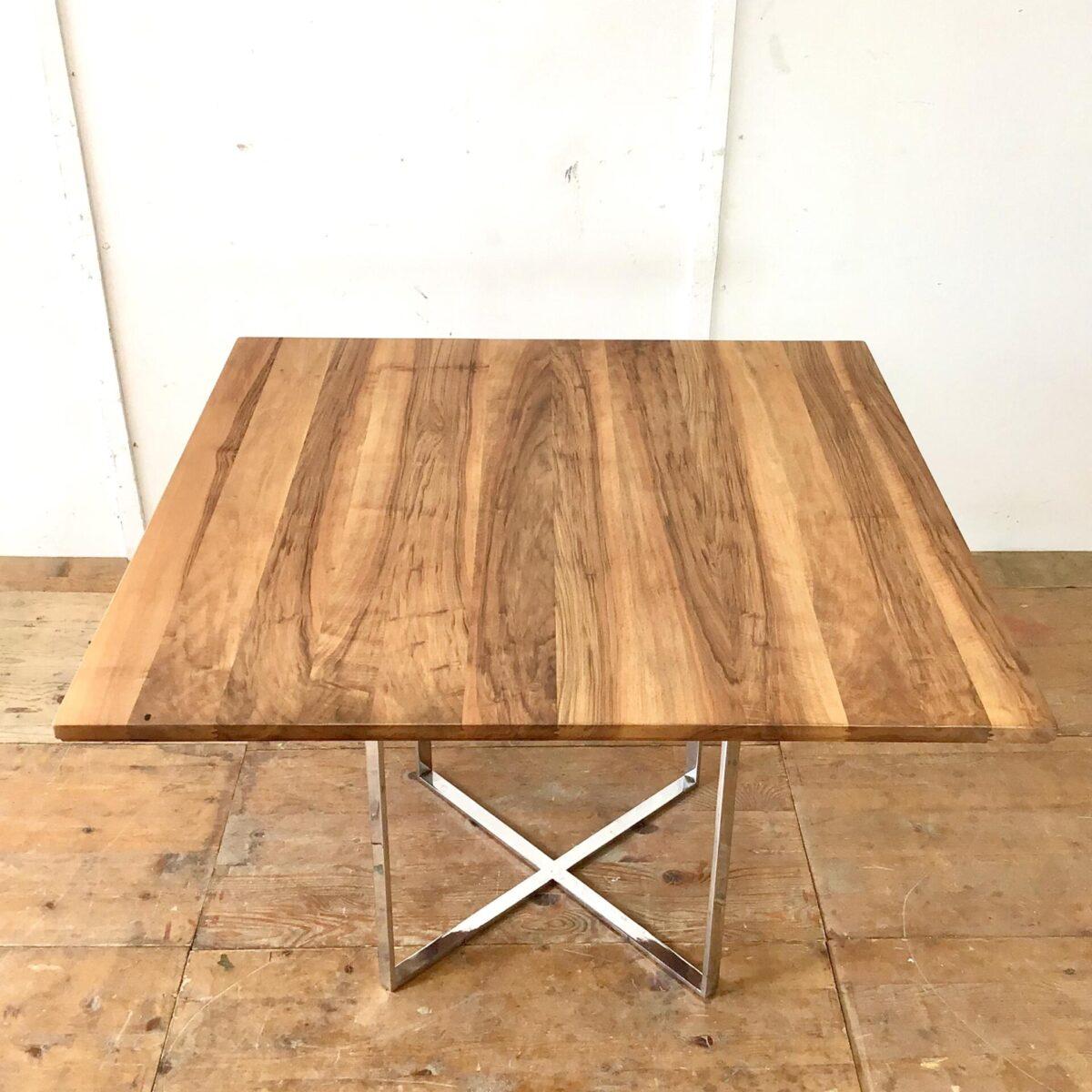 Schlichter Sitzungstisch aus Nussbaum Vollholz, mit Metallfuss verchromt.110x110cm Höhe 75cm. Holzoberfläche mit Naturöl behandelt.