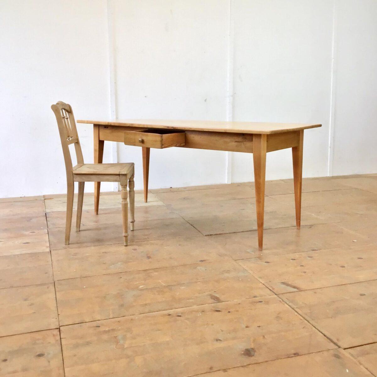 Deuxieme.shop Esstisch Holztisch Beizentisch Schreibtisch. Alter Kirschbaum Biedermeiertisch mit sehr feingliedrigen Beinen. 166x77.5cm Höhe 75cm. An der einen Längsseite hat es eine Besteckschublade. Die Holzoberflächen sind lackiert.