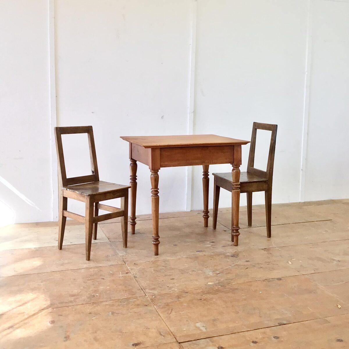 Deuxieme.shop Kleiner antiker Kirschbaum Schreibtisch mit Schublade. 80x67cm Höhe 77cm. Tischoberfläche aufbereitet, mit Naturöl behandelt. Die intensive warm-rötliche Farbe gepaart mit der Alterspatina und den Wurmlöchern, geben dem Tisch seinen Charakter. Die von unten ausgekehlten Tischkanten, lassen den Tisch etwas leichter wirken.