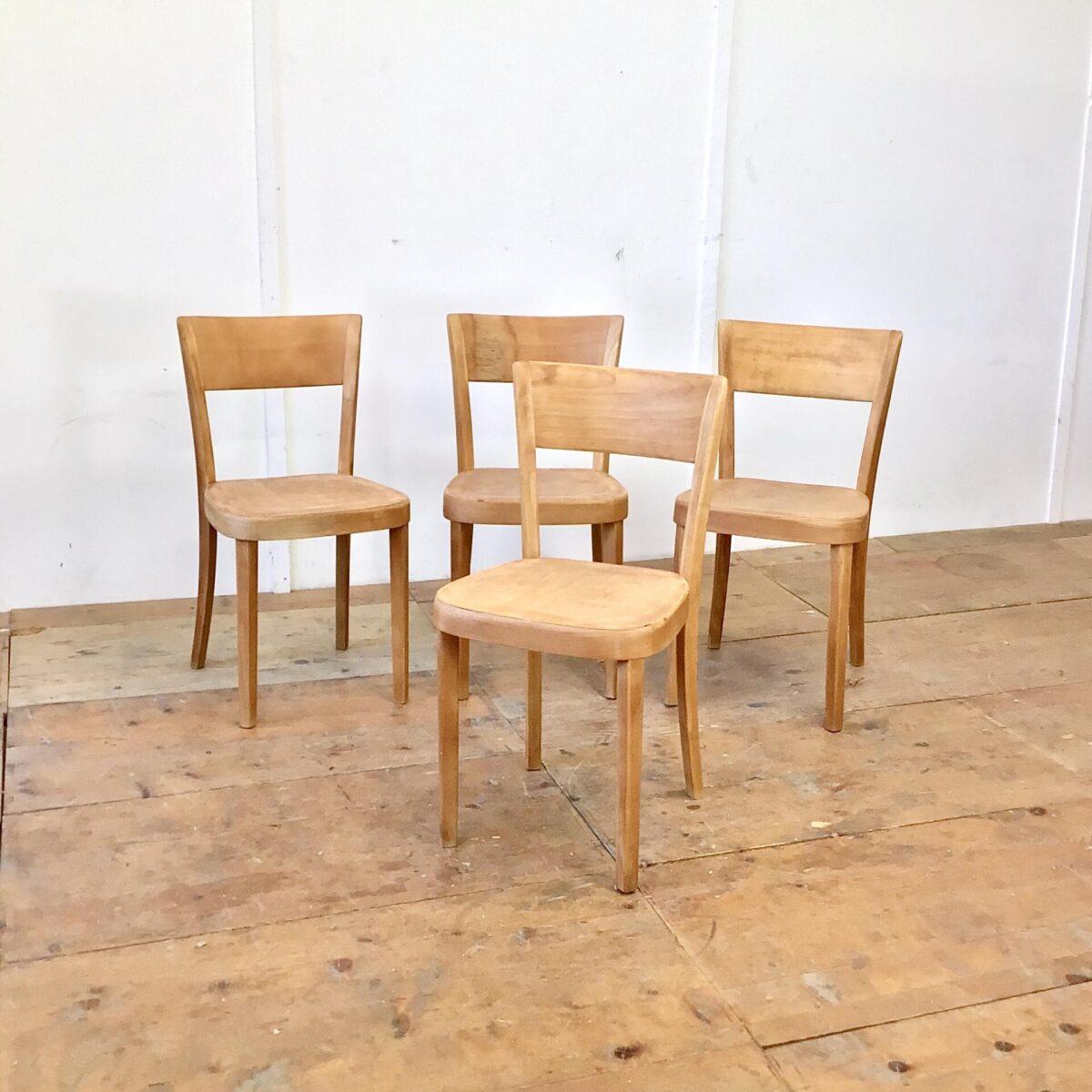Deuxieme.shop Gut gelebte Esszimmer Stühle von horgenglarus. Frisch verleimt komplett geschliffen und geölt. Warme matte honiggelbe Ausstrahlung. Teilweise deutliche Alterspatina. Beizenstühle von horgenglarus sind fast alle sehr bequem und langlebig.