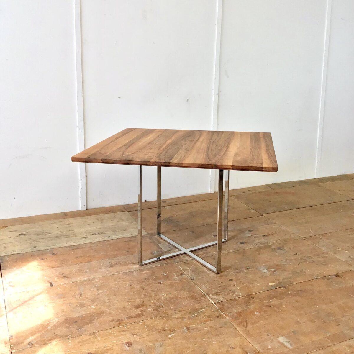 Deuxieme.shop Schlichter Sitzungstisch aus Nussbaum Vollholz, mit Metallfuss verchromt.110x110cm Höhe 75cm. Holzoberfläche mit Naturöl behandelt.
